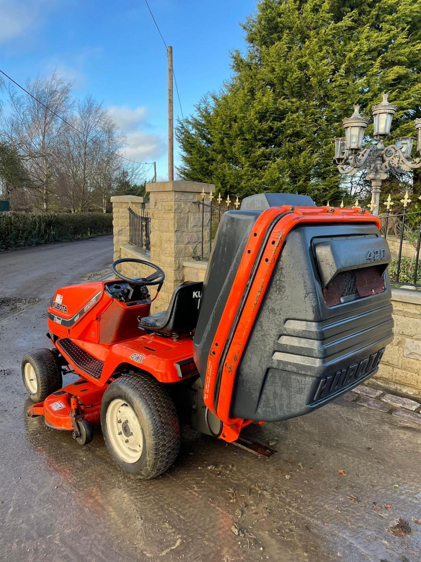 KUBOTA G1900 HST 4WS RIDE ON MOWER WITH COLLECTOR, RUNS, DRIVES AND CUTS, DIESEL ENGINE *NO VAT* - Image 6 of 7