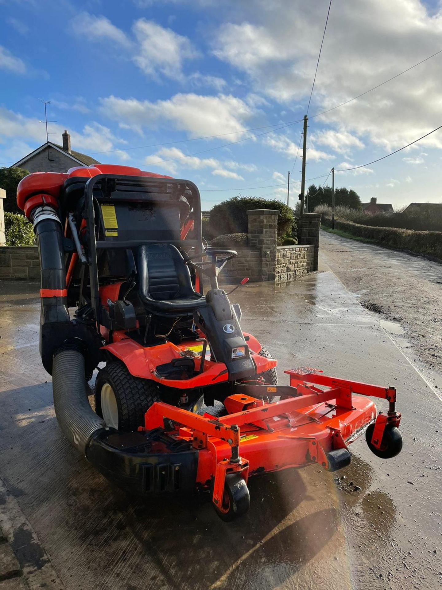 KUBOTA F3560 OUTFRONT RIDE ON LAWN MOWER, RUNS, DRIVES AND CUTS, HIGH TIP COLLECTOR *PLUS VAT* - Image 5 of 9