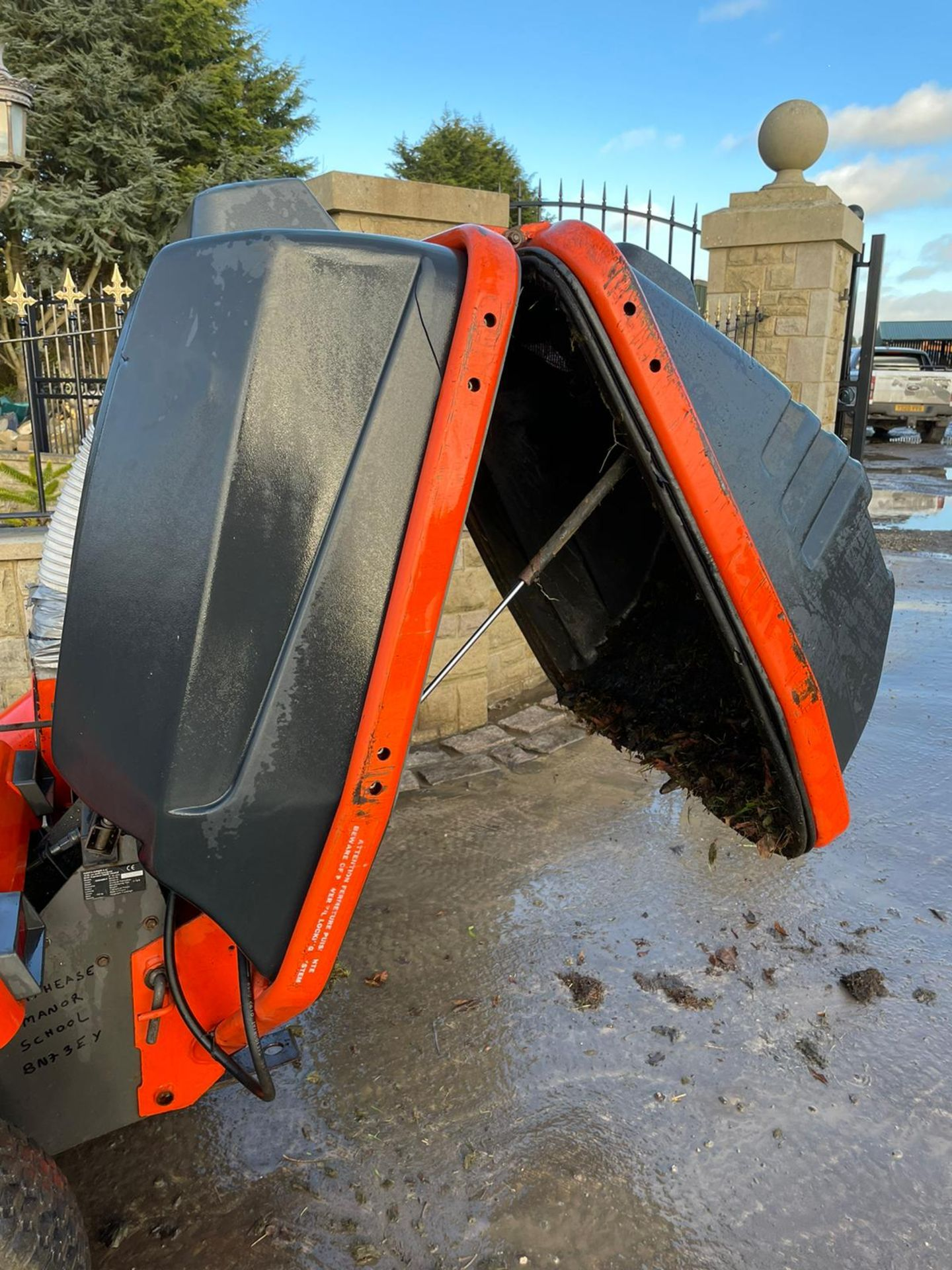 KUBOTA G1900 HST 4WS RIDE ON MOWER WITH COLLECTOR, RUNS, DRIVES AND CUTS, DIESEL ENGINE *NO VAT* - Image 5 of 7