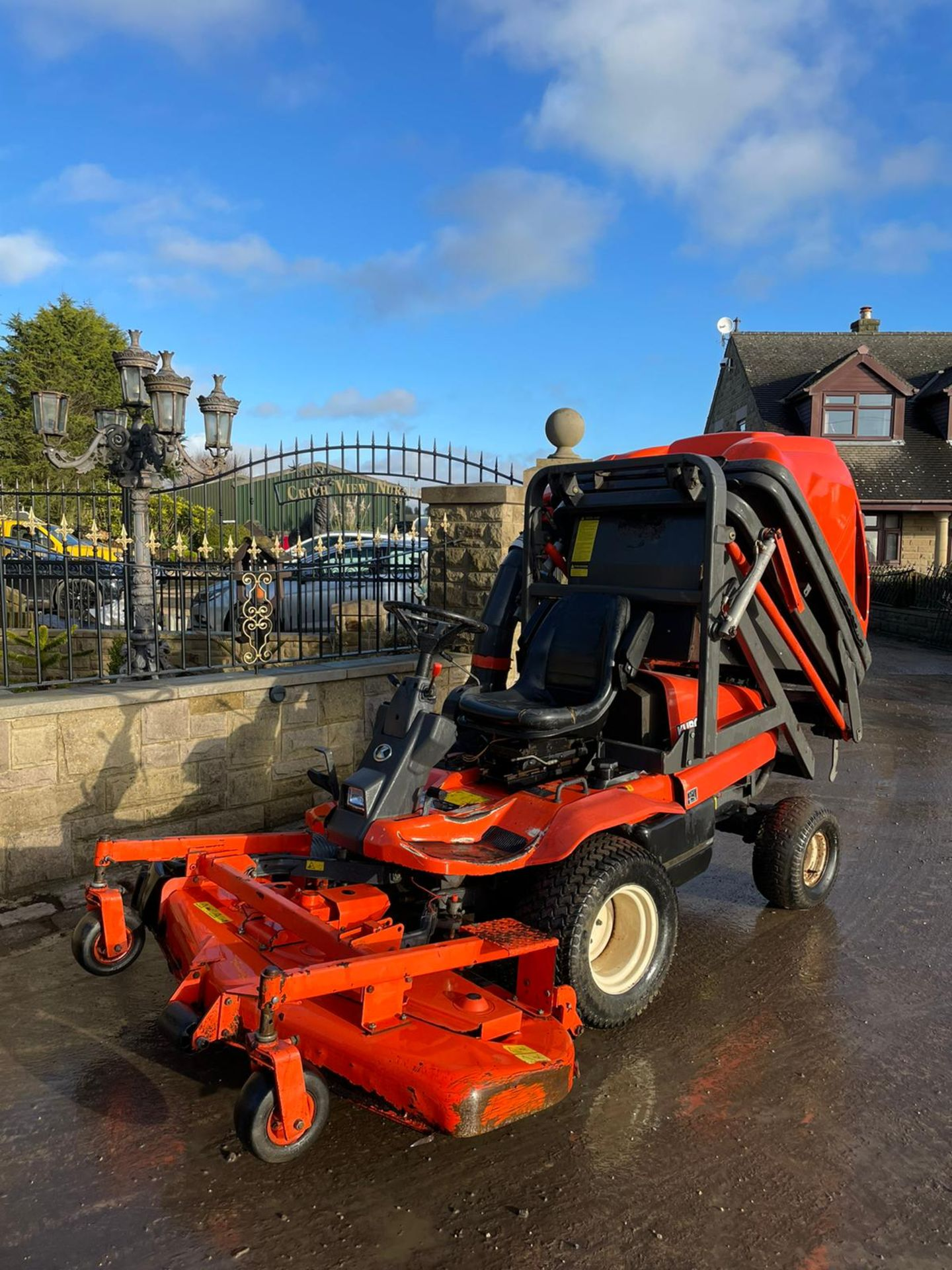 KUBOTA F3560 OUTFRONT RIDE ON LAWN MOWER, RUNS, DRIVES AND CUTS, HIGH TIP COLLECTOR *PLUS VAT* - Image 4 of 9