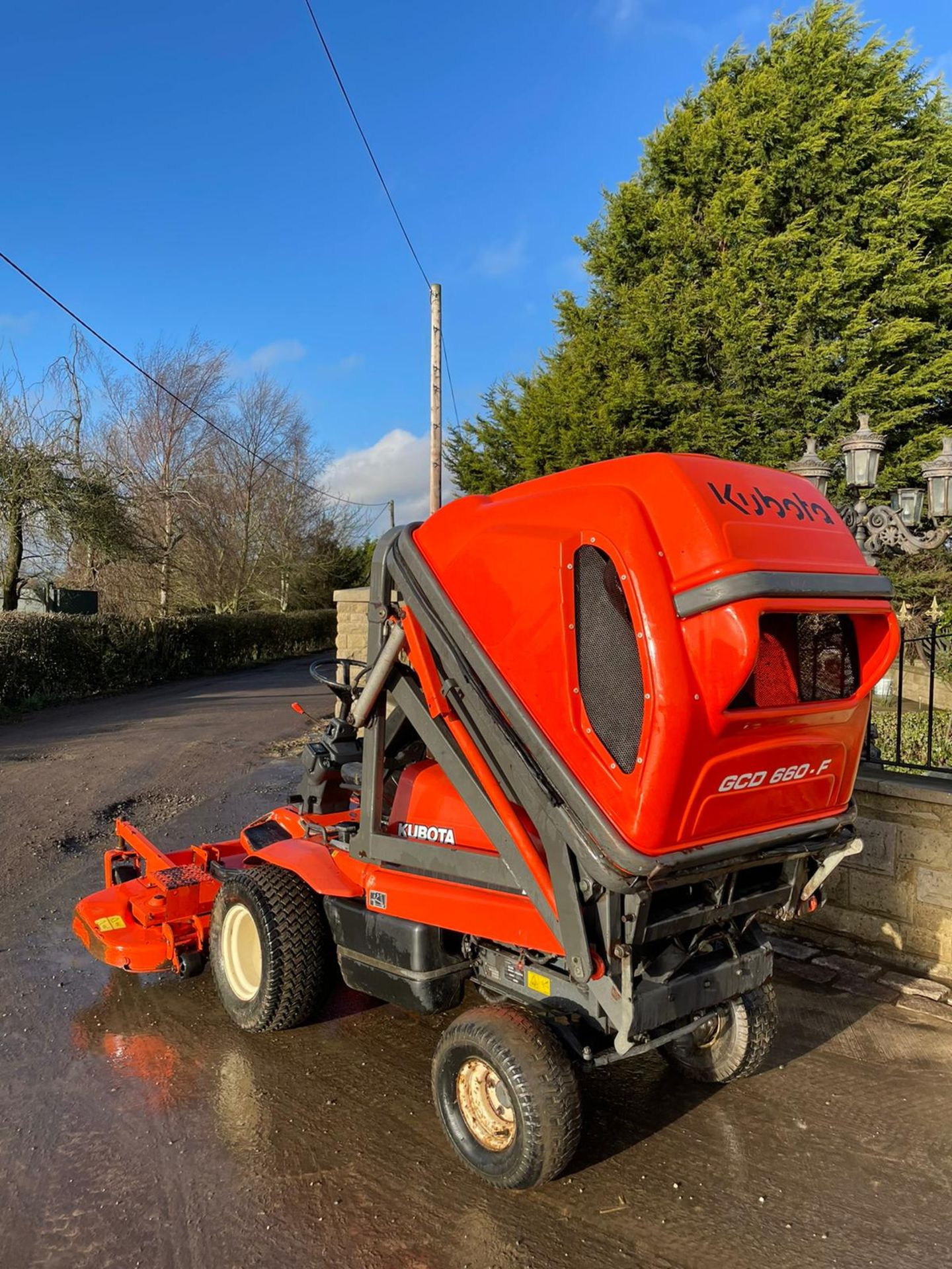 KUBOTA F3560 OUTFRONT RIDE ON LAWN MOWER, RUNS, DRIVES AND CUTS, HIGH TIP COLLECTOR *PLUS VAT* - Image 3 of 9