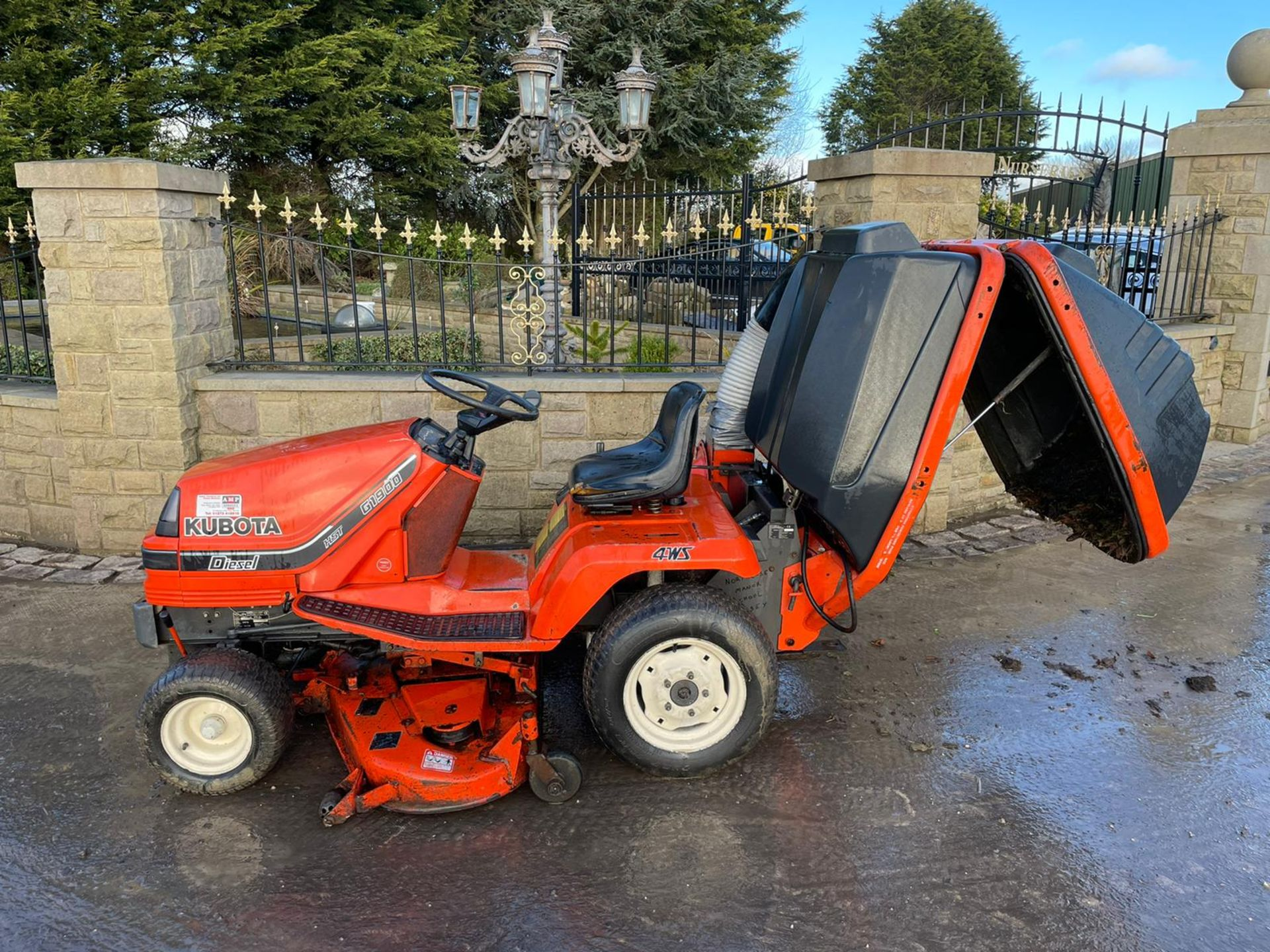 KUBOTA G1900 HST 4WS RIDE ON MOWER WITH COLLECTOR, RUNS, DRIVES AND CUTS, DIESEL ENGINE *NO VAT* - Image 4 of 7