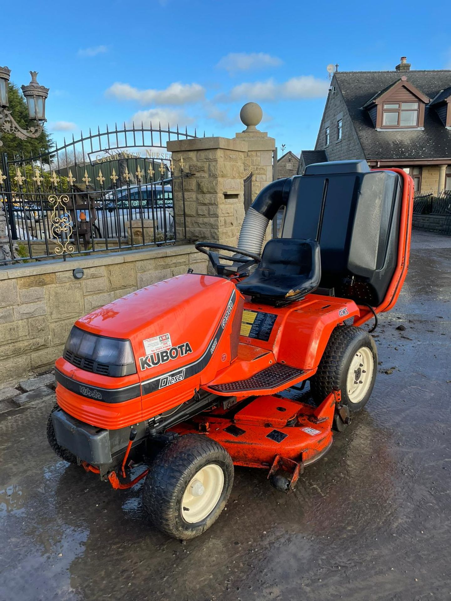 KUBOTA G1900 HST 4WS RIDE ON MOWER WITH COLLECTOR, RUNS, DRIVES AND CUTS, DIESEL ENGINE *NO VAT* - Image 3 of 7