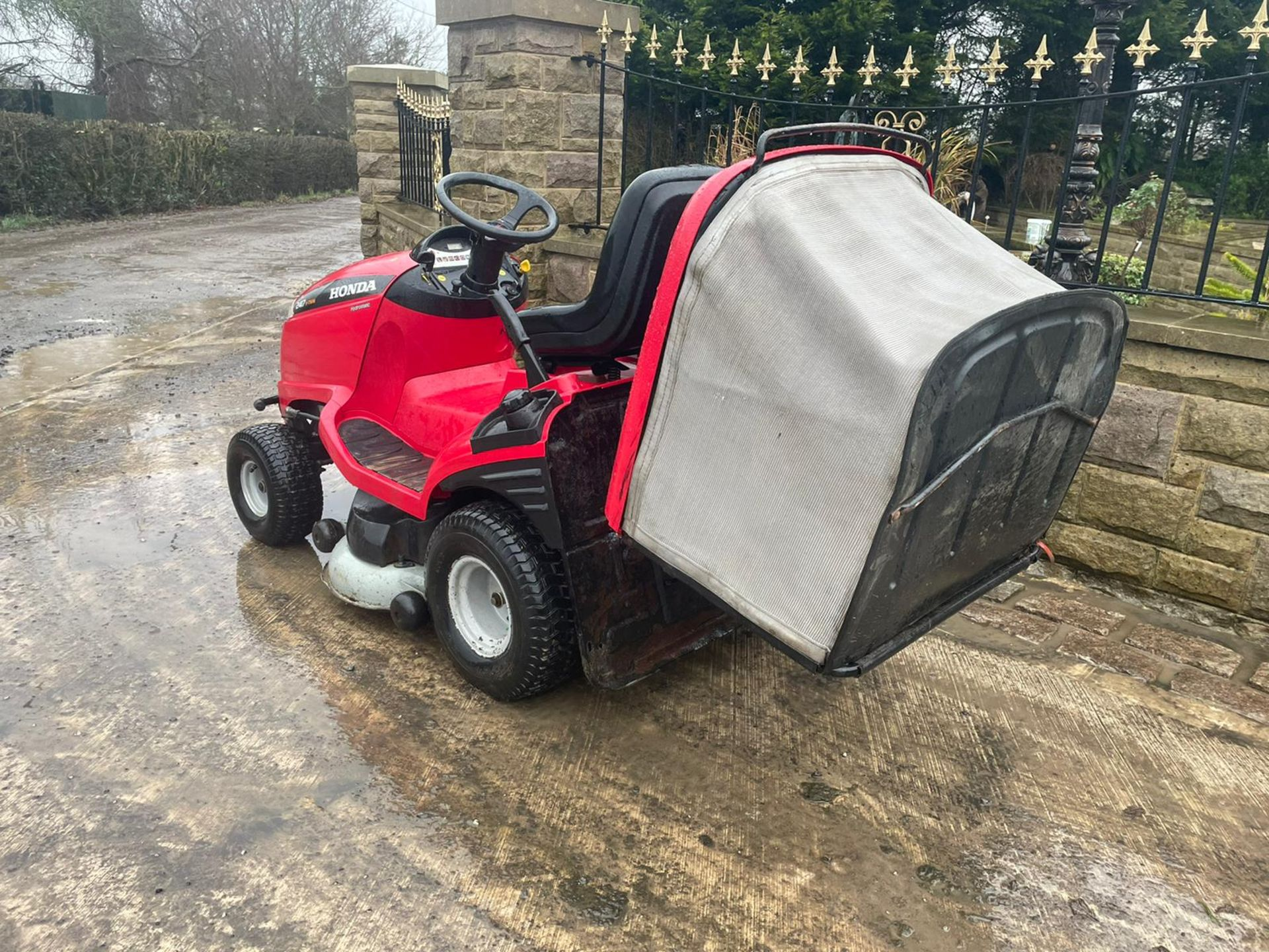 HONDA 2417 V TWIN RIDE ON MOWER, RUNS, DRIVES AND CUTS, ELECTRIC COLLECTOR, CLEAN MACHINE *NO VAT* - Image 3 of 5