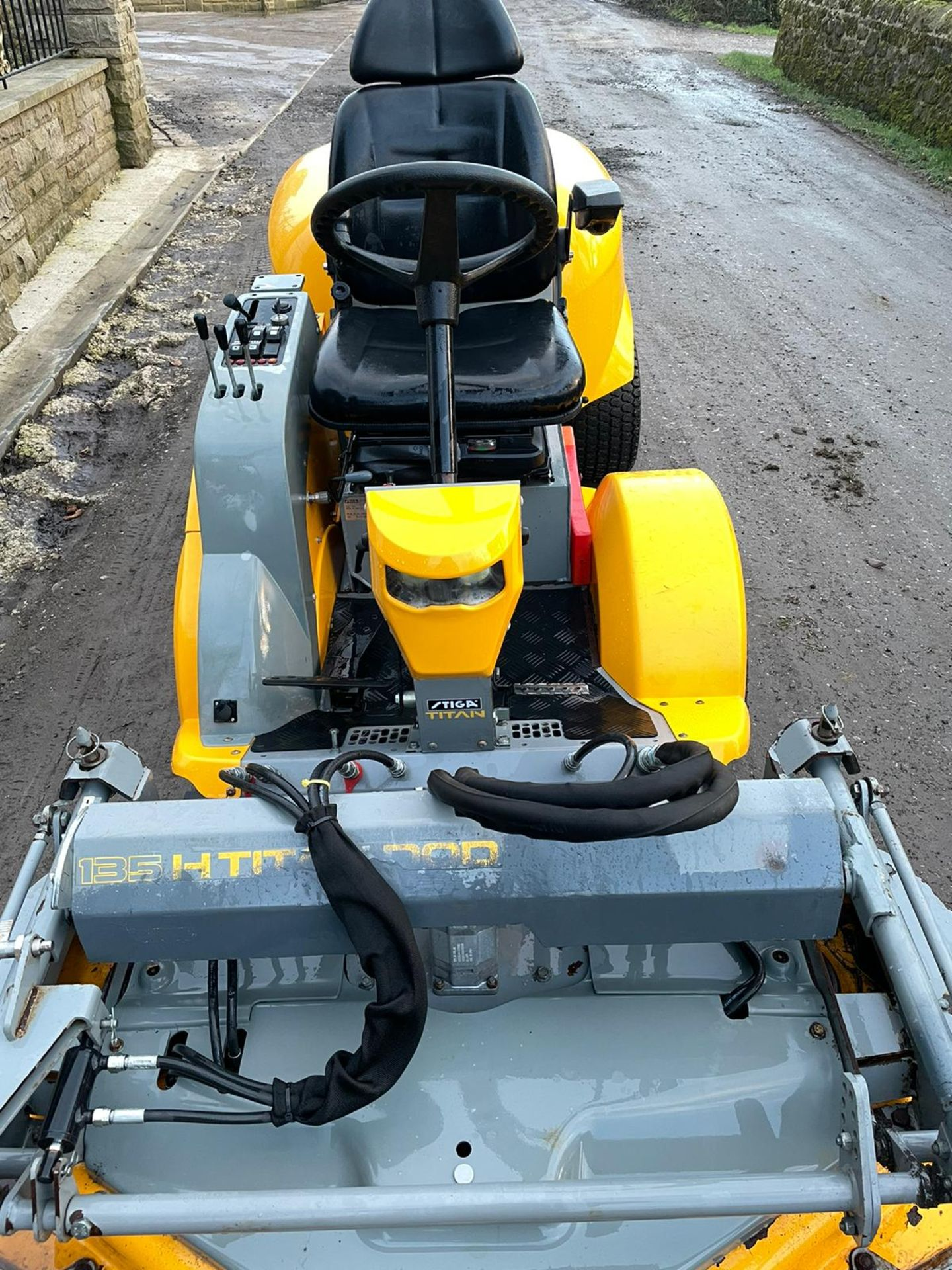 STIGA TITAN 26H RIDE ON LAWN MOWER, RUNS, DRIVES AND MOWS, FULL HYDRAULIC DECK, 650 HOURS *PLUS VAT* - Image 4 of 6