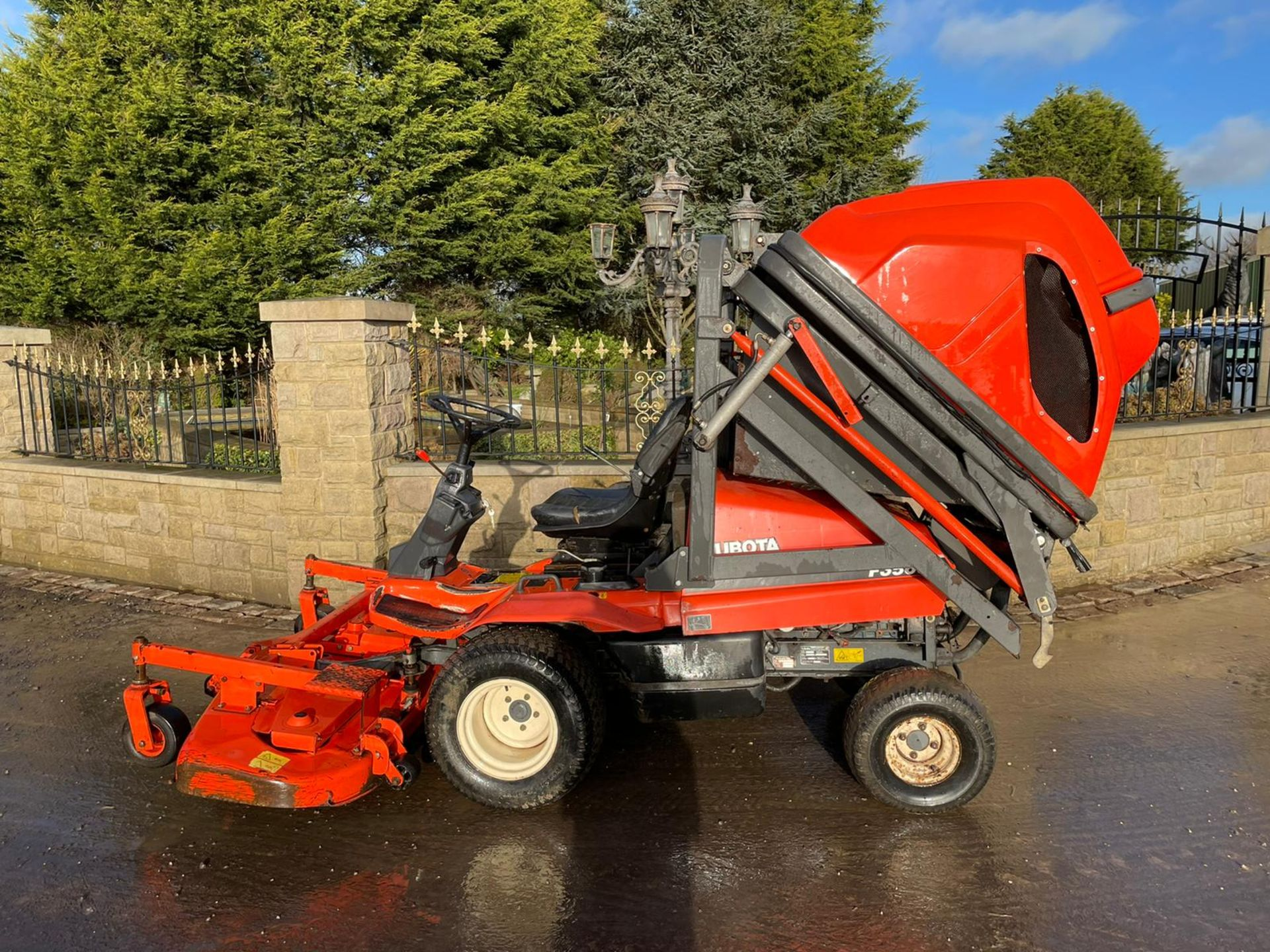 KUBOTA F3560 OUTFRONT RIDE ON LAWN MOWER, RUNS, DRIVES AND CUTS, HIGH TIP COLLECTOR *PLUS VAT* - Image 2 of 9