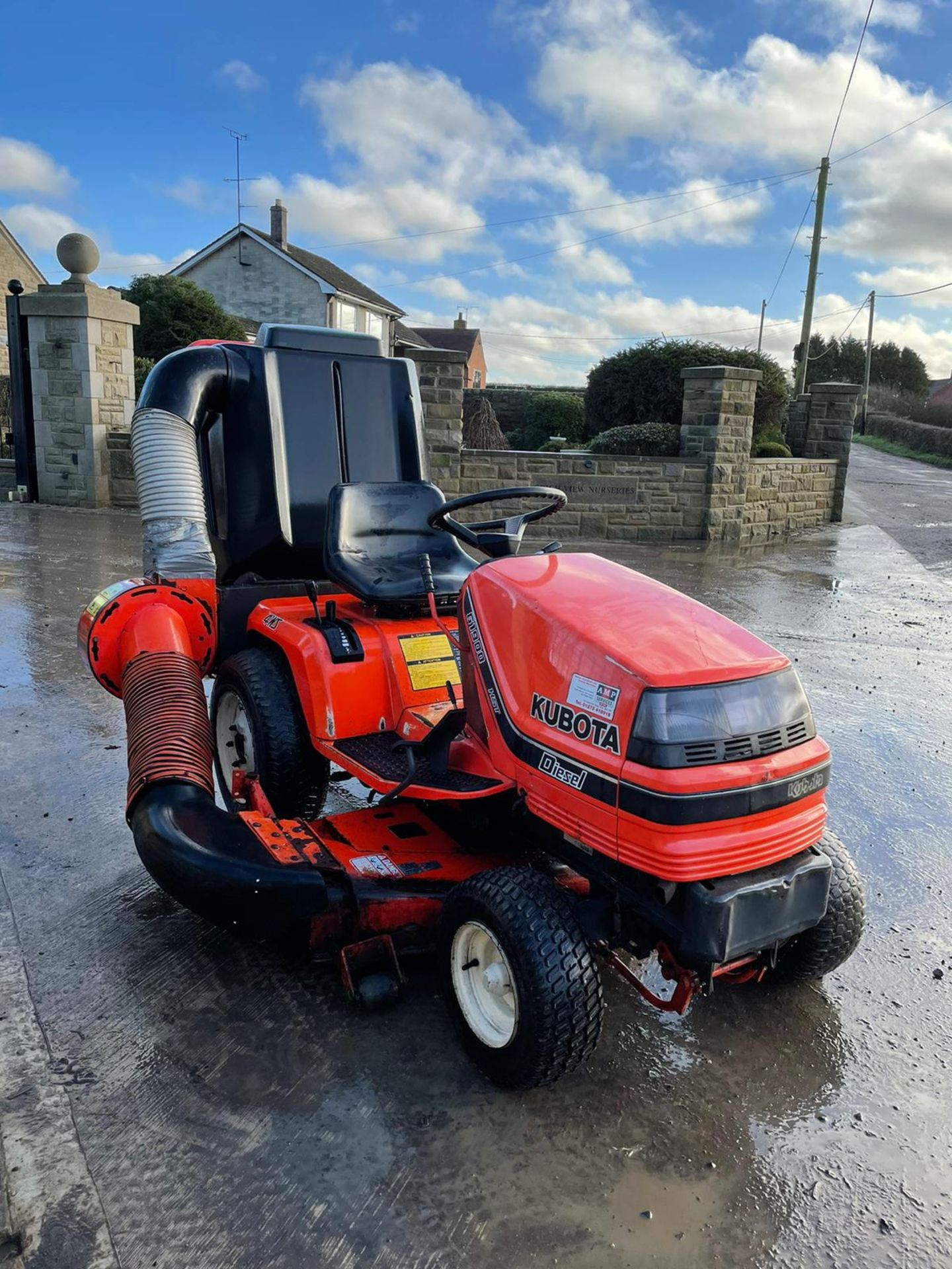 KUBOTA G1900 HST 4WS RIDE ON MOWER WITH COLLECTOR, RUNS, DRIVES AND CUTS, DIESEL ENGINE *NO VAT* - Image 2 of 7