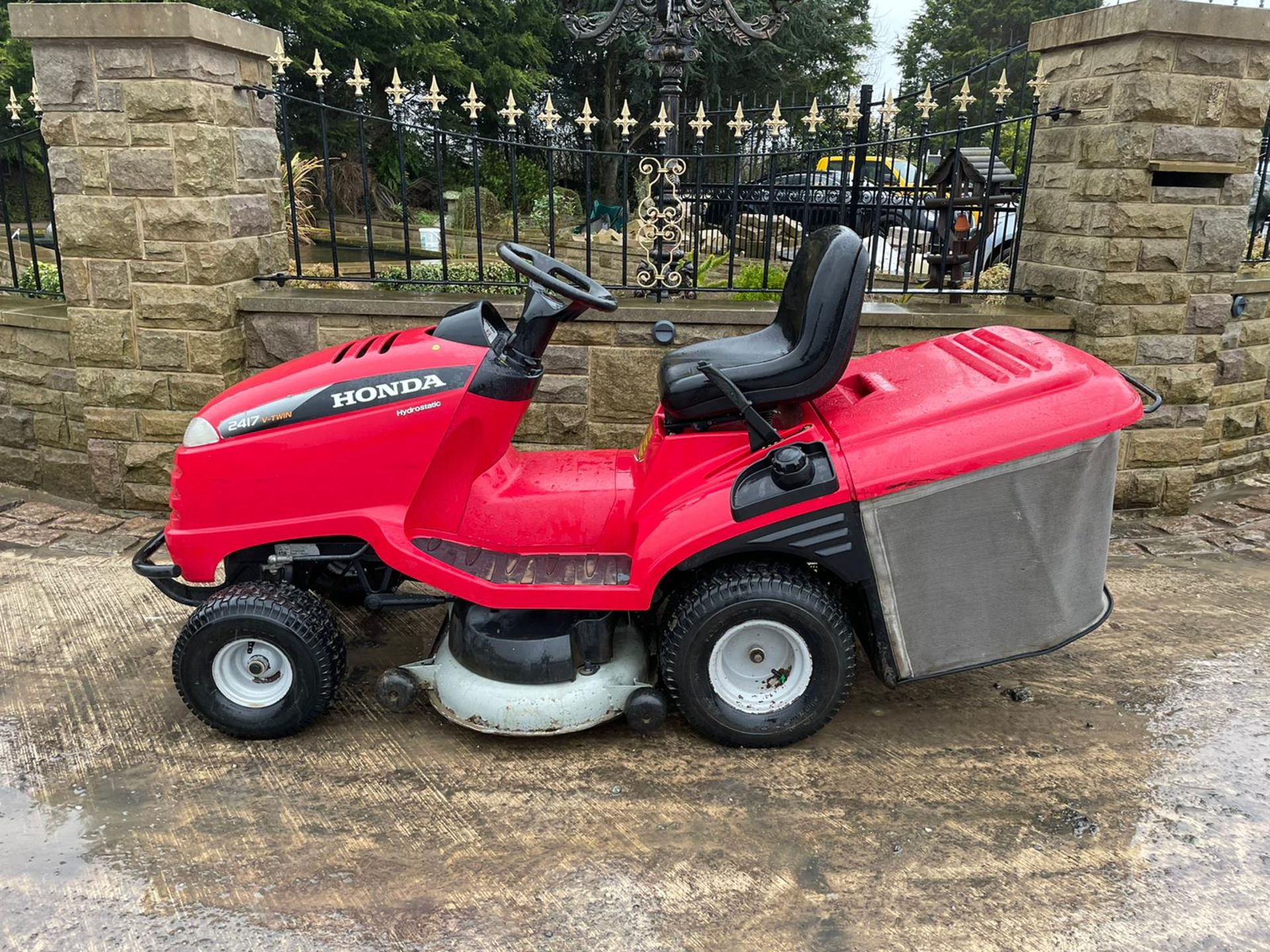 HONDA 2417 V TWIN RIDE ON MOWER, RUNS, DRIVES AND CUTS, ELECTRIC COLLECTOR, CLEAN MACHINE *NO VAT* - Image 2 of 5