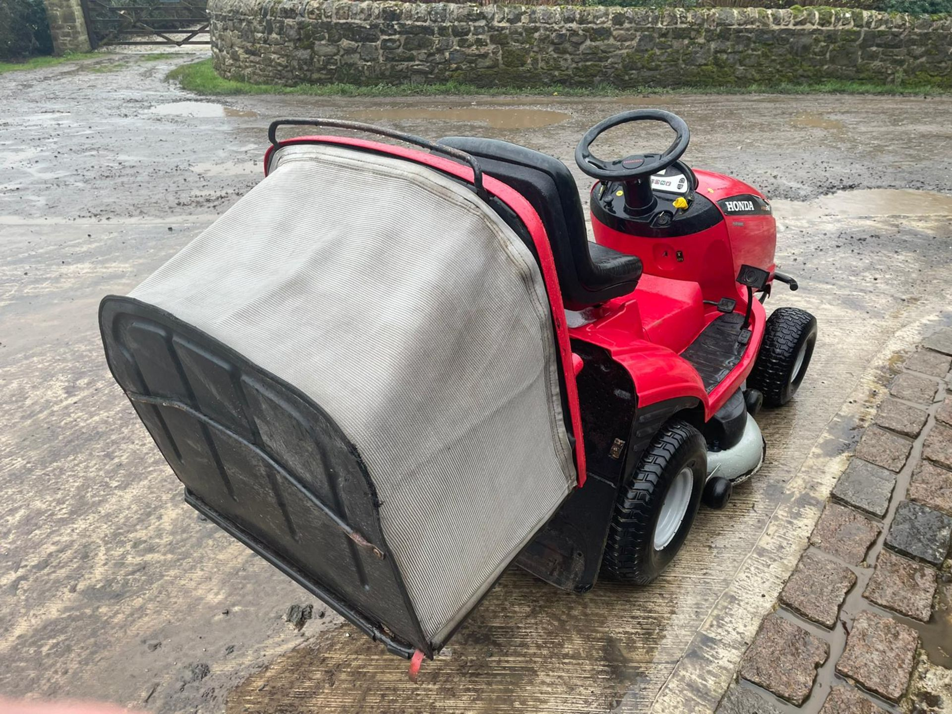 HONDA 2417 V TWIN RIDE ON MOWER, RUNS, DRIVES AND CUTS, ELECTRIC COLLECTOR, CLEAN MACHINE *NO VAT* - Image 4 of 5