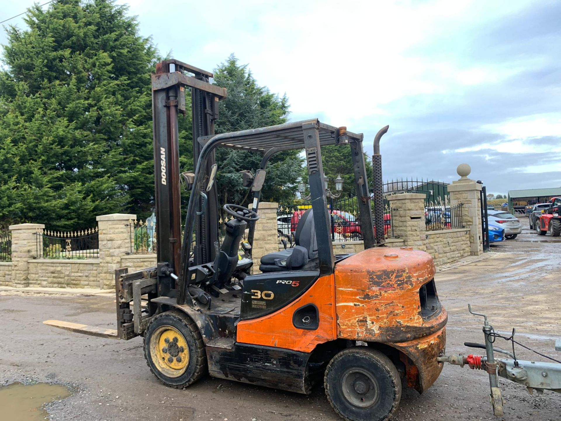 DOOSAN D30S-5 FORKLIFT, RUNS, DRIVES AND LIFTS, HYDRAULIC FORK POSITIONING, TRAILER NOT INCLUDED