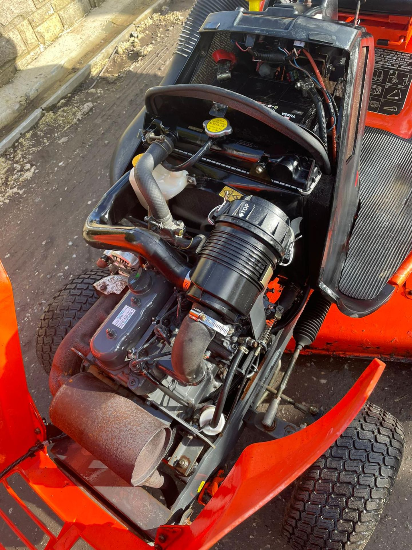 KUBOTA TG1860 RIDE ON LAWN MOWER, 3 CYLINDER KUBOTA DIESEL ENGINE, VERY LOW HOURS 1030 *NO VAT* - Image 3 of 7