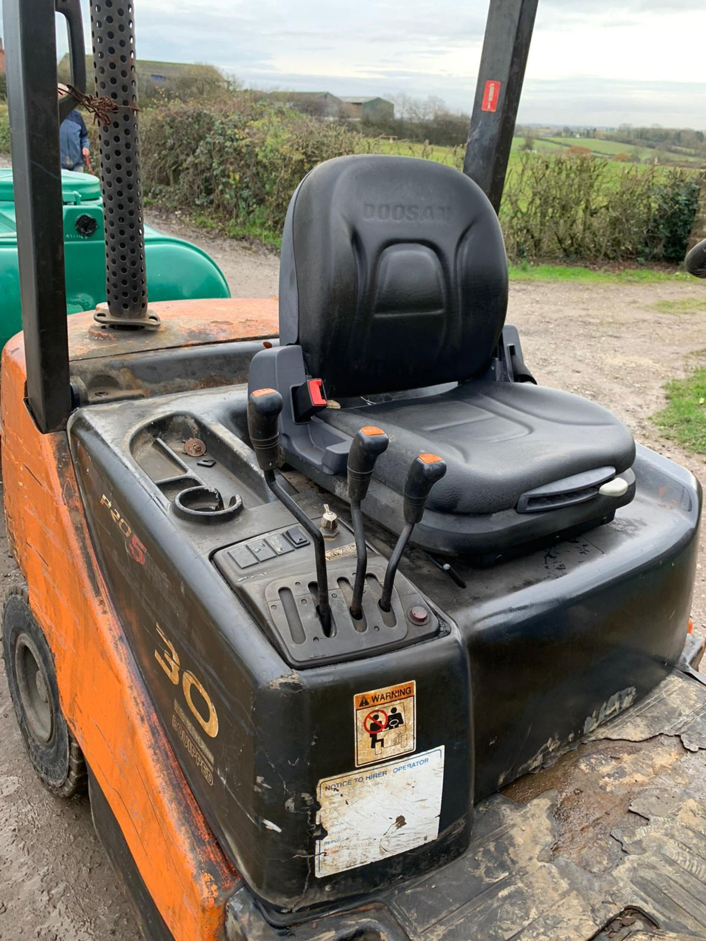 DOOSAN D30S-5 FORKLIFT, RUNS, DRIVES AND LIFTS, HYDRAULIC FORK POSITIONING, TRAILER NOT INCLUDED - Image 6 of 6