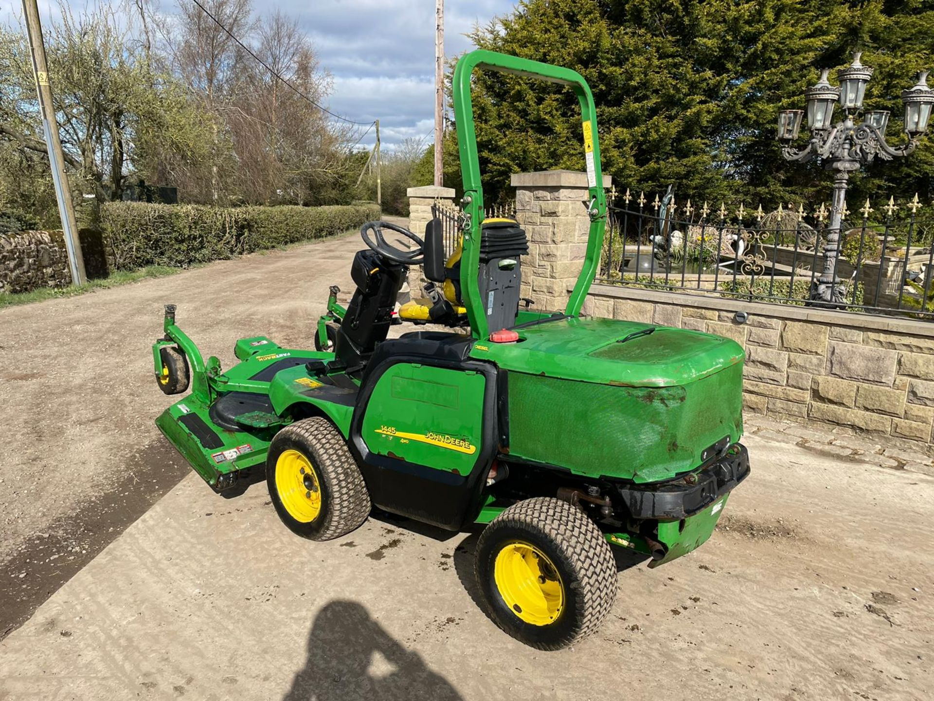 JOHN DEERE 1445 RIDE ON MOWER, RUNS DRIVES AND CUTS, IN USED BUT GOOD CONDITION *NO VAT* - Image 3 of 9
