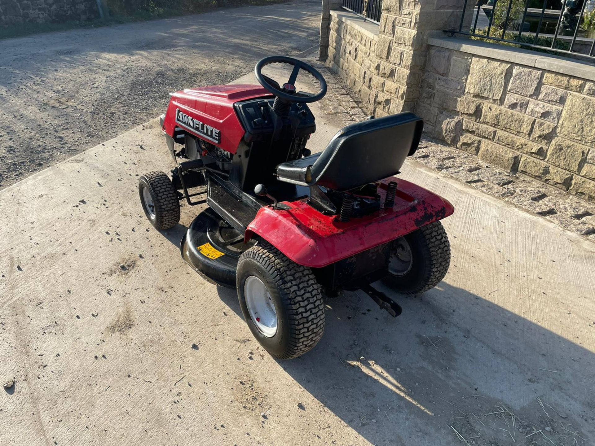 LAWNFLITE 604 RIDE ON MOWER, RUNS DRIVES AND CUTS *NO VAT* - Image 3 of 6