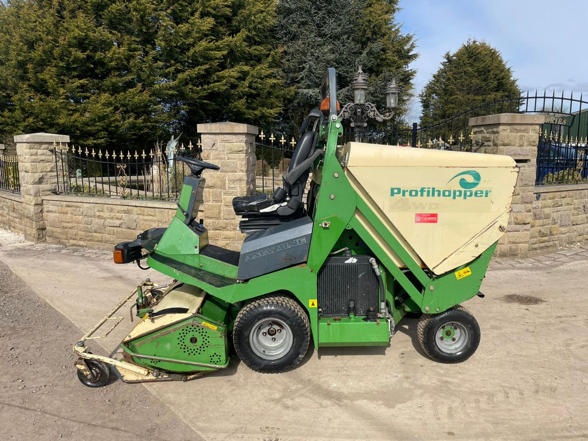 2012 AMAZONE PROFIHOPPER RIDE ON MOWER, RUNS, DRIVES AND CUTS, IN GOOD CONDITION *PLUS VAT* - Image 5 of 14
