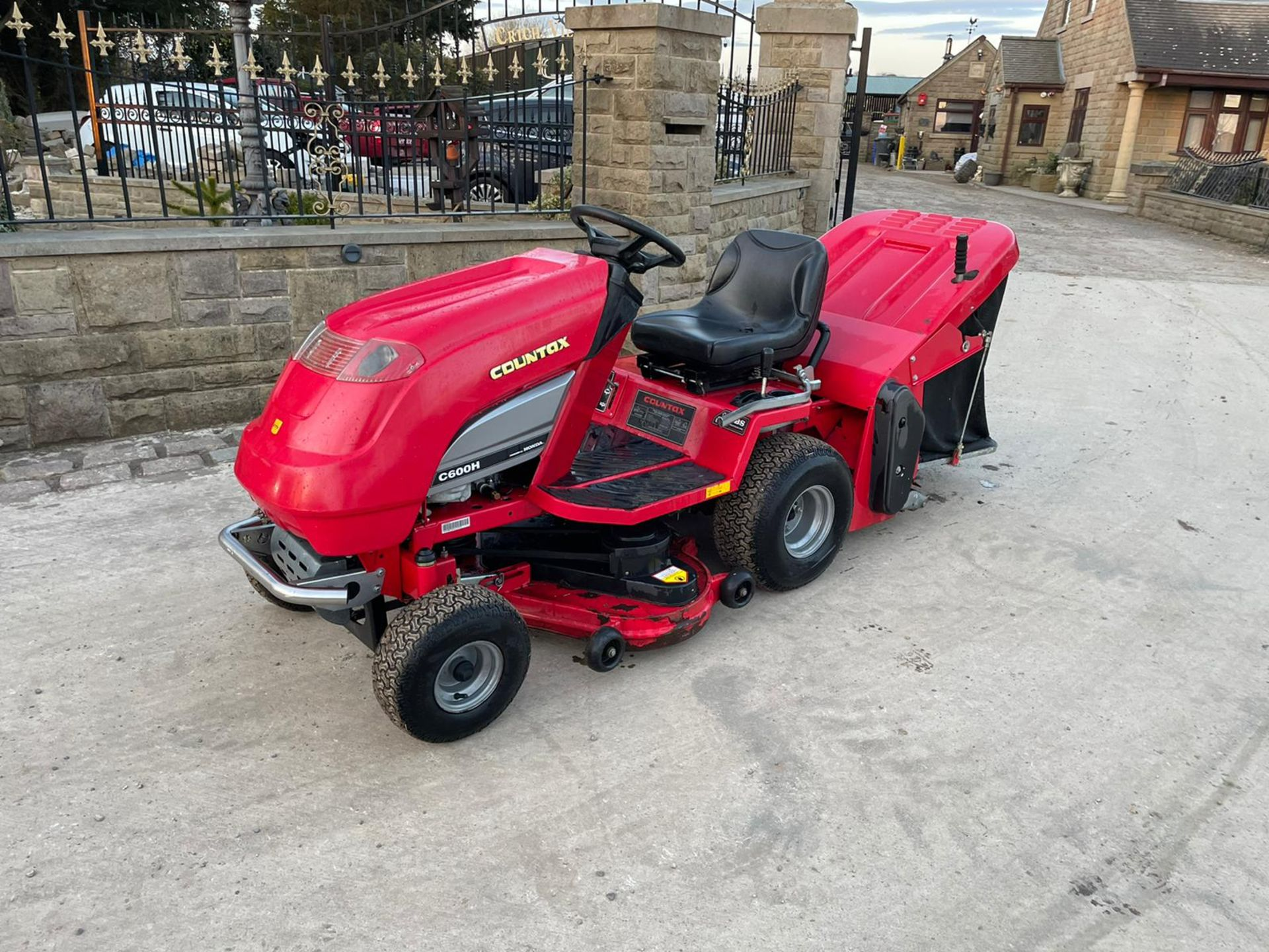 COUNTAX C600H RIDE ON MOWER WITH TRAILER AND SCARIFIER, NEW BATTERY *NO VAT* - Image 2 of 10