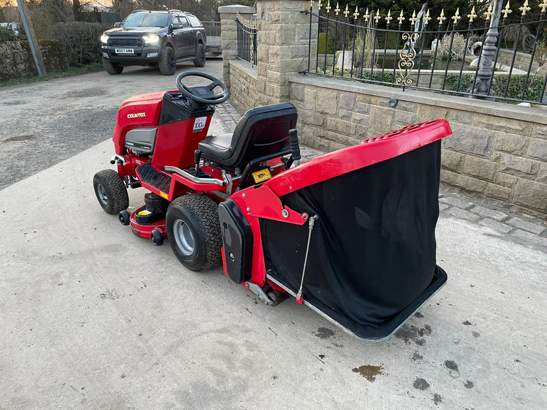 COUNTAX C600H RIDE ON MOWER WITH TRAILER AND SCARIFIER, NEW BATTERY *NO VAT* - Image 3 of 10
