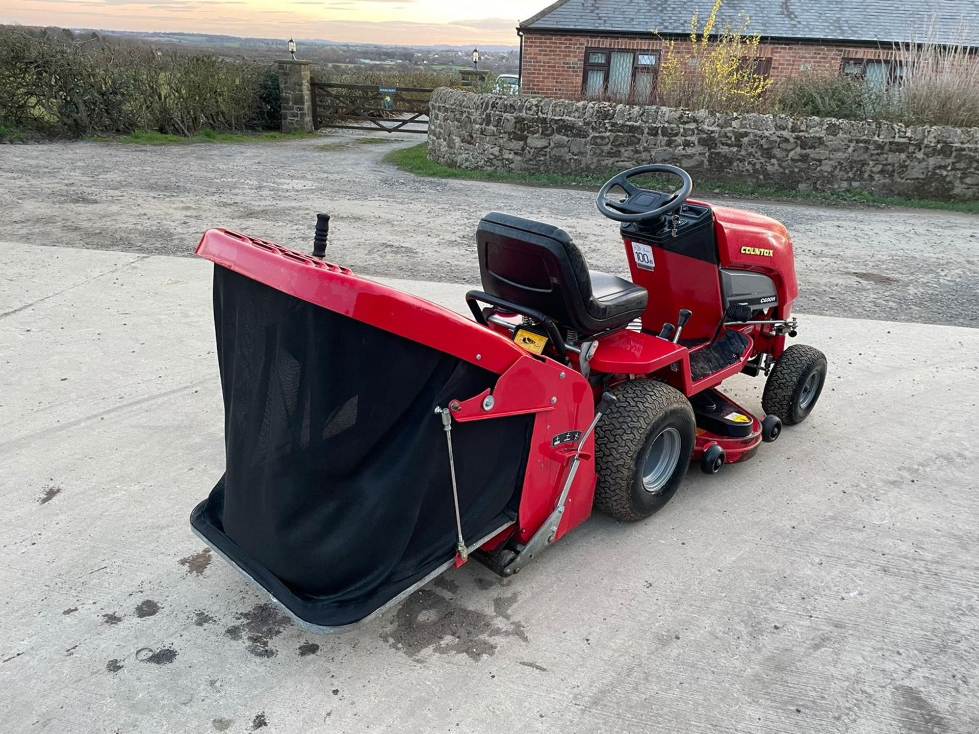 COUNTAX C600H RIDE ON MOWER WITH TRAILER AND SCARIFIER, NEW BATTERY *NO VAT* - Image 4 of 10