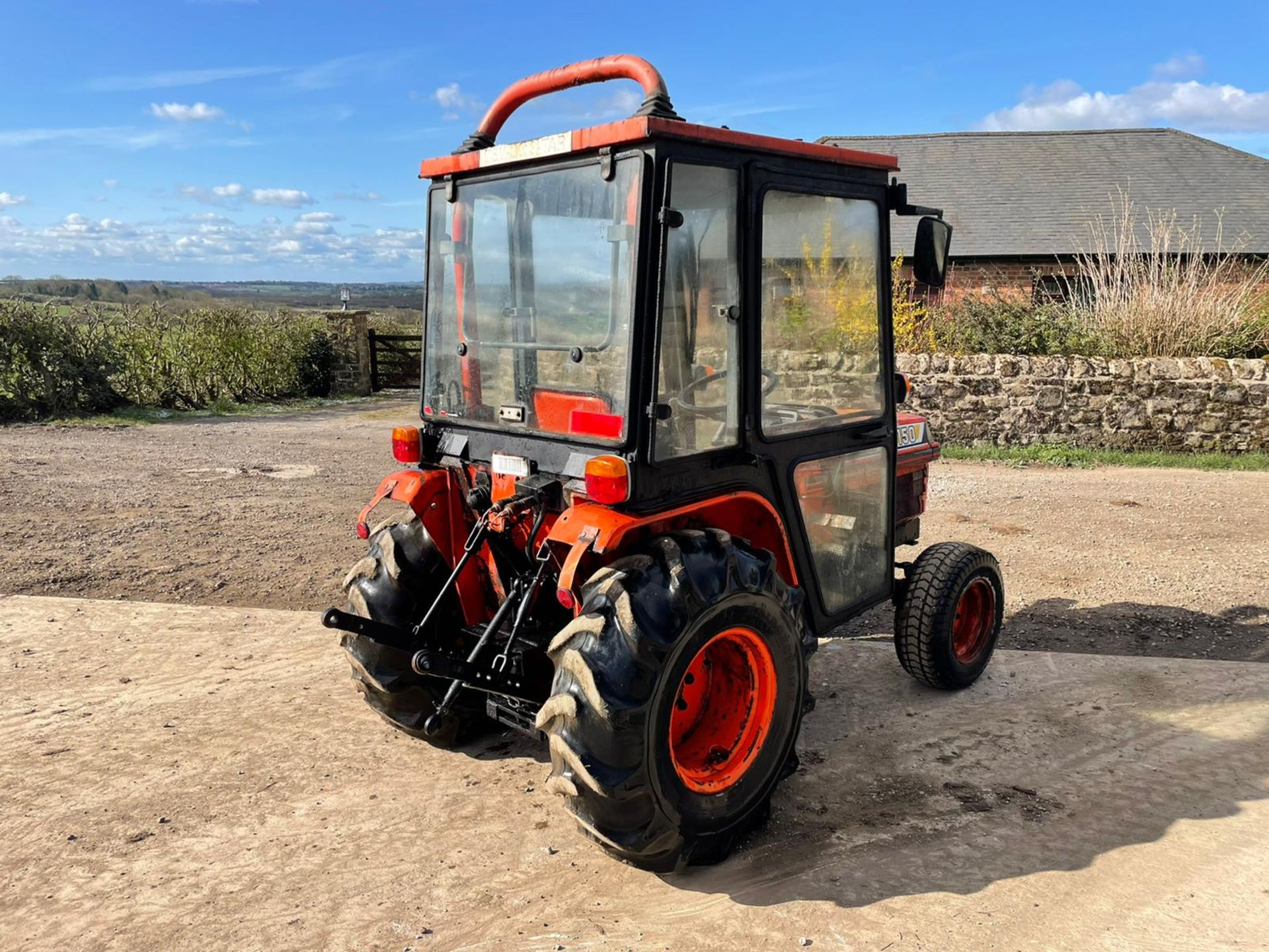 KUBOTA B2150 COMPACT TRACTOR, RUNS AND DRIVES, 3 POINT LINKAGE, 23HP, HYDROSTATIC *PLUS VAT* - Image 3 of 6