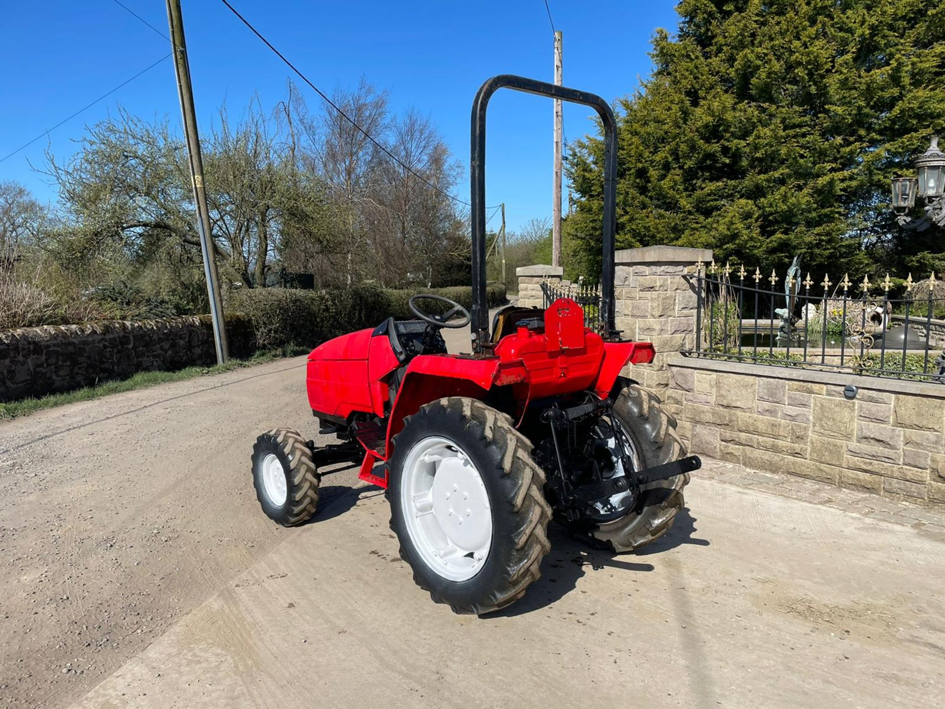 MITSUBISHI M3050 TRACTOR, ROLL BAR, 30HP, HYDROSTATIC, SHOWING 3290 HOURS, RUNS AND DRIVES *NO VAT* - Image 2 of 6