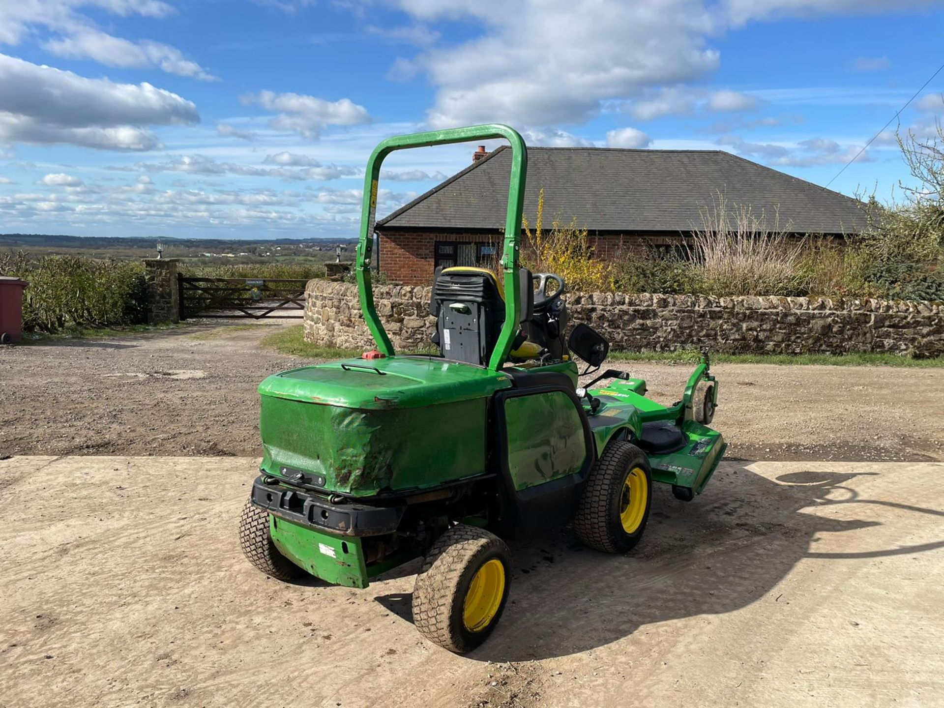 JOHN DEERE 1445 RIDE ON MOWER, RUNS DRIVES AND CUTS, IN USED BUT GOOD CONDITION *NO VAT* - Image 6 of 9