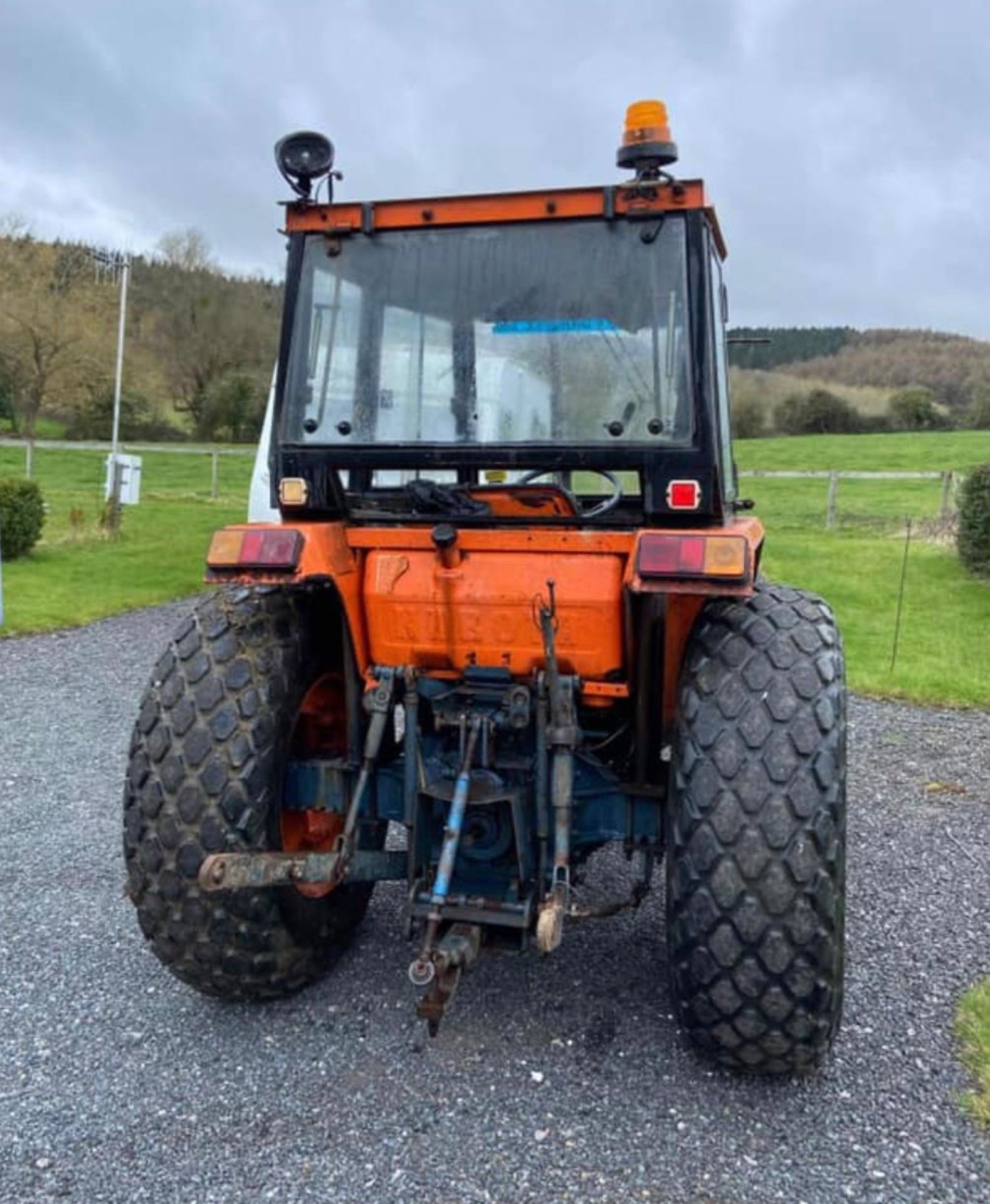 KUBOTA L4150 COMPACT TRACTOR, RUNS AND DRIVES, 3 POINT LINKAGE, 50HP, SHOWING 1236 HOURS *NO VAT* - Image 4 of 4