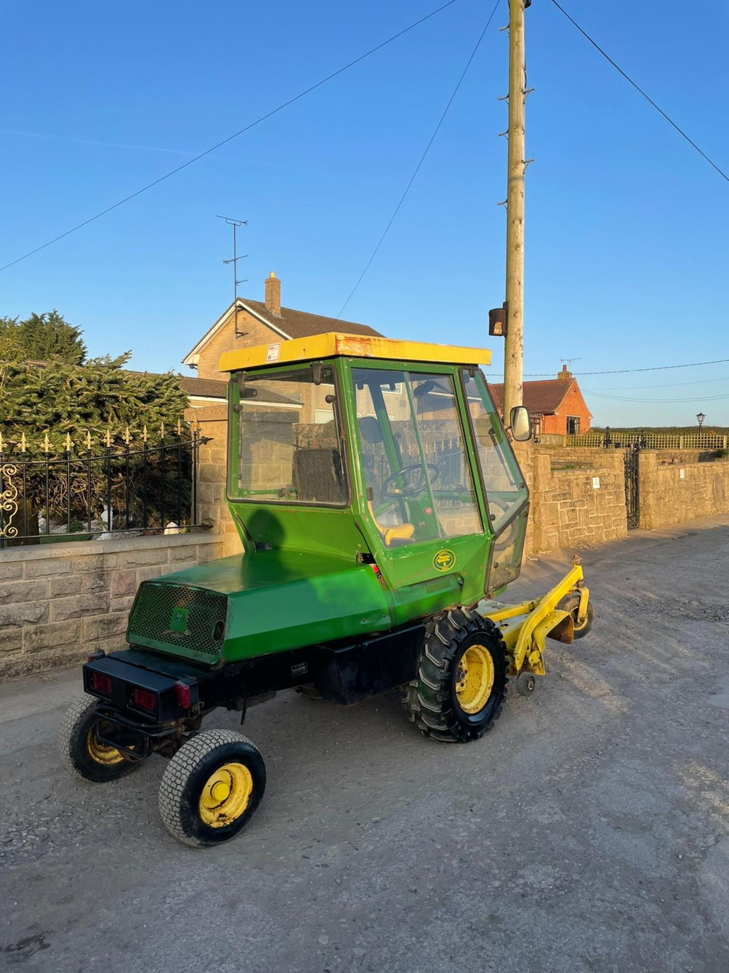 JOHN DEERE OUT FRONT RIDE ON LAWN MOWER, FULL GLASS CAB, ONLY 1603 HOURS *PLUS VAT* - Image 2 of 5