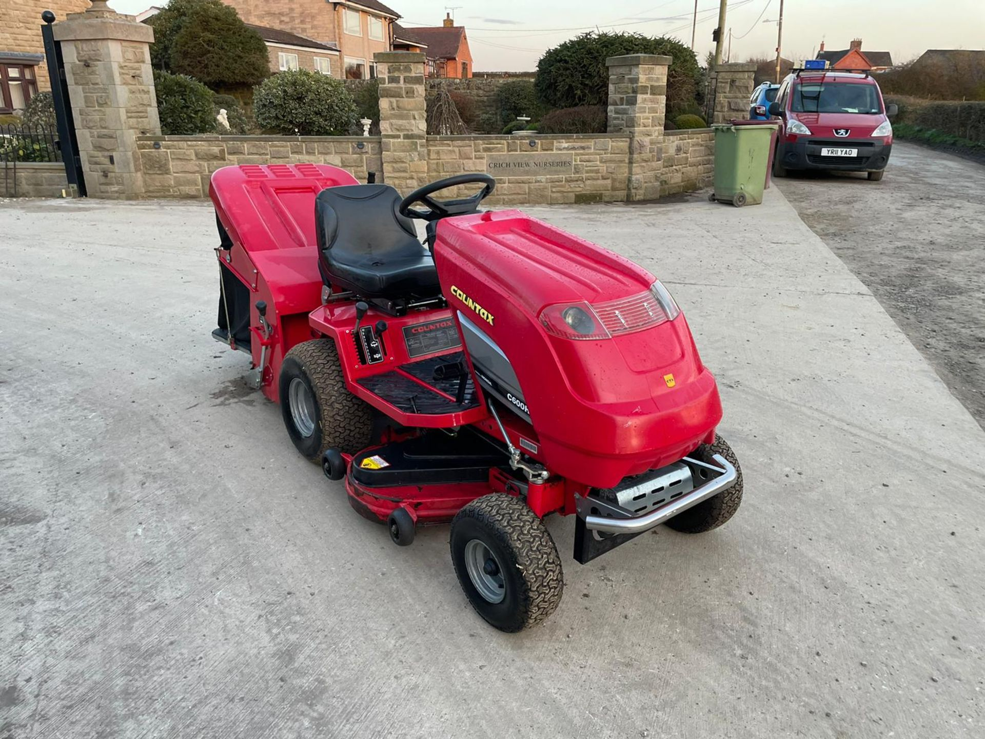 COUNTAX C600H RIDE ON MOWER WITH TRAILER AND SCARIFIER, NEW BATTERY *NO VAT* - Image 5 of 10
