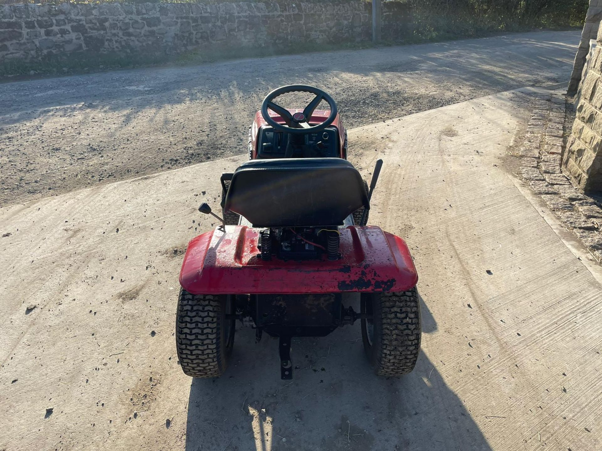 LAWNFLITE 604 RIDE ON MOWER, RUNS DRIVES AND CUTS *NO VAT* - Image 5 of 6