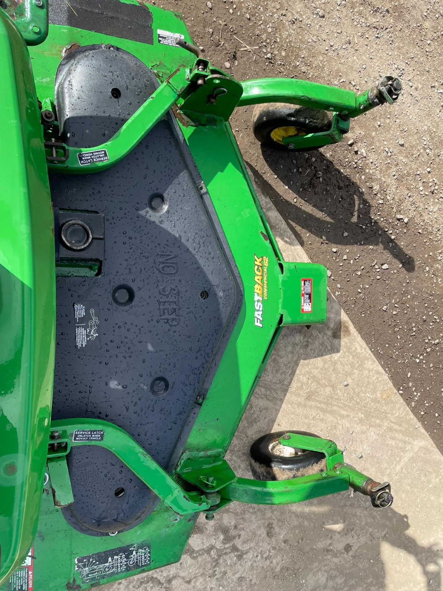 JOHN DEERE 1445 RIDE ON MOWER, RUNS DRIVES AND CUTS, IN USED BUT GOOD CONDITION *NO VAT* - Image 4 of 9