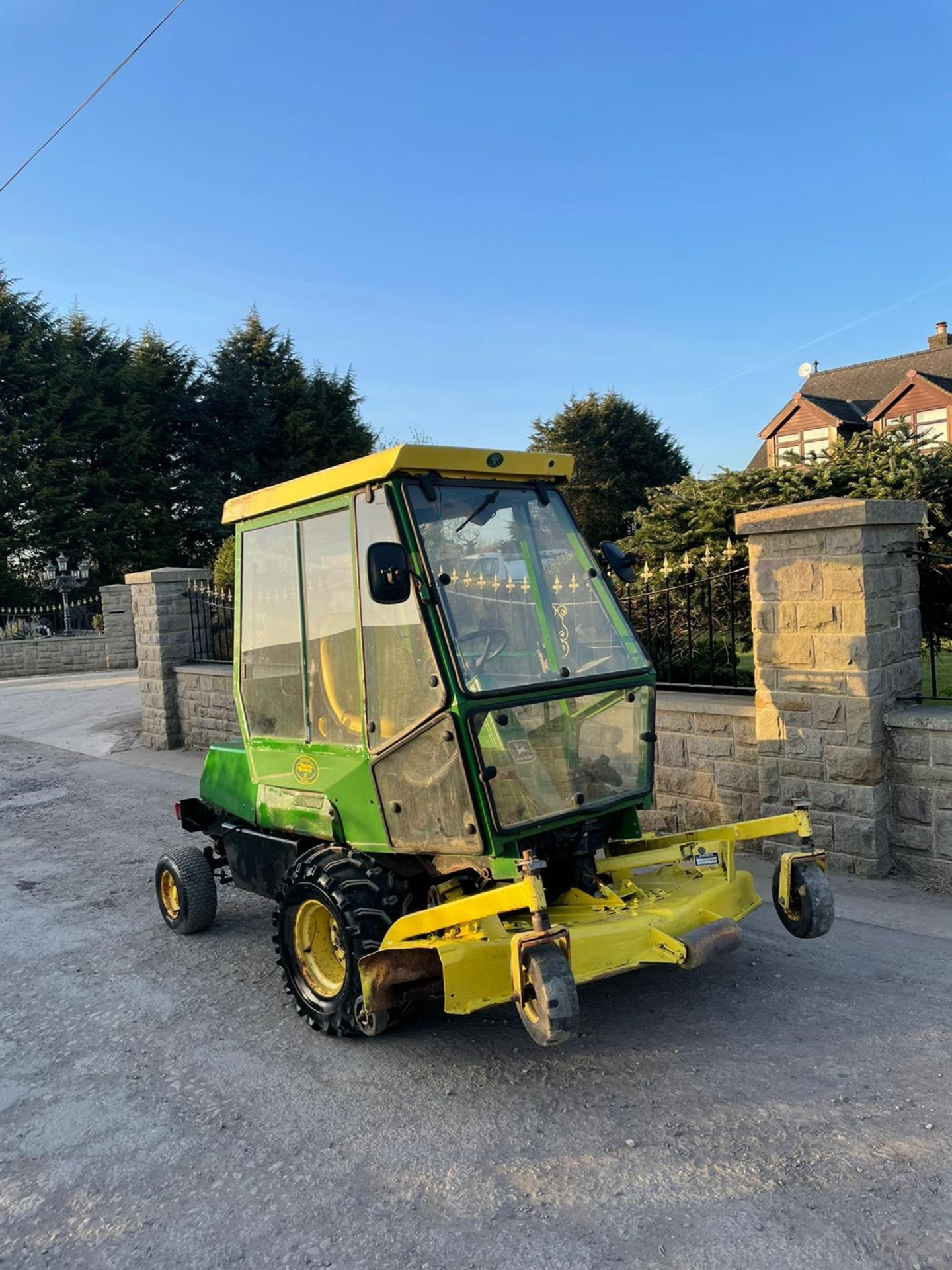 JOHN DEERE OUT FRONT RIDE ON LAWN MOWER, FULL GLASS CAB, ONLY 1603 HOURS *PLUS VAT* - Image 3 of 5