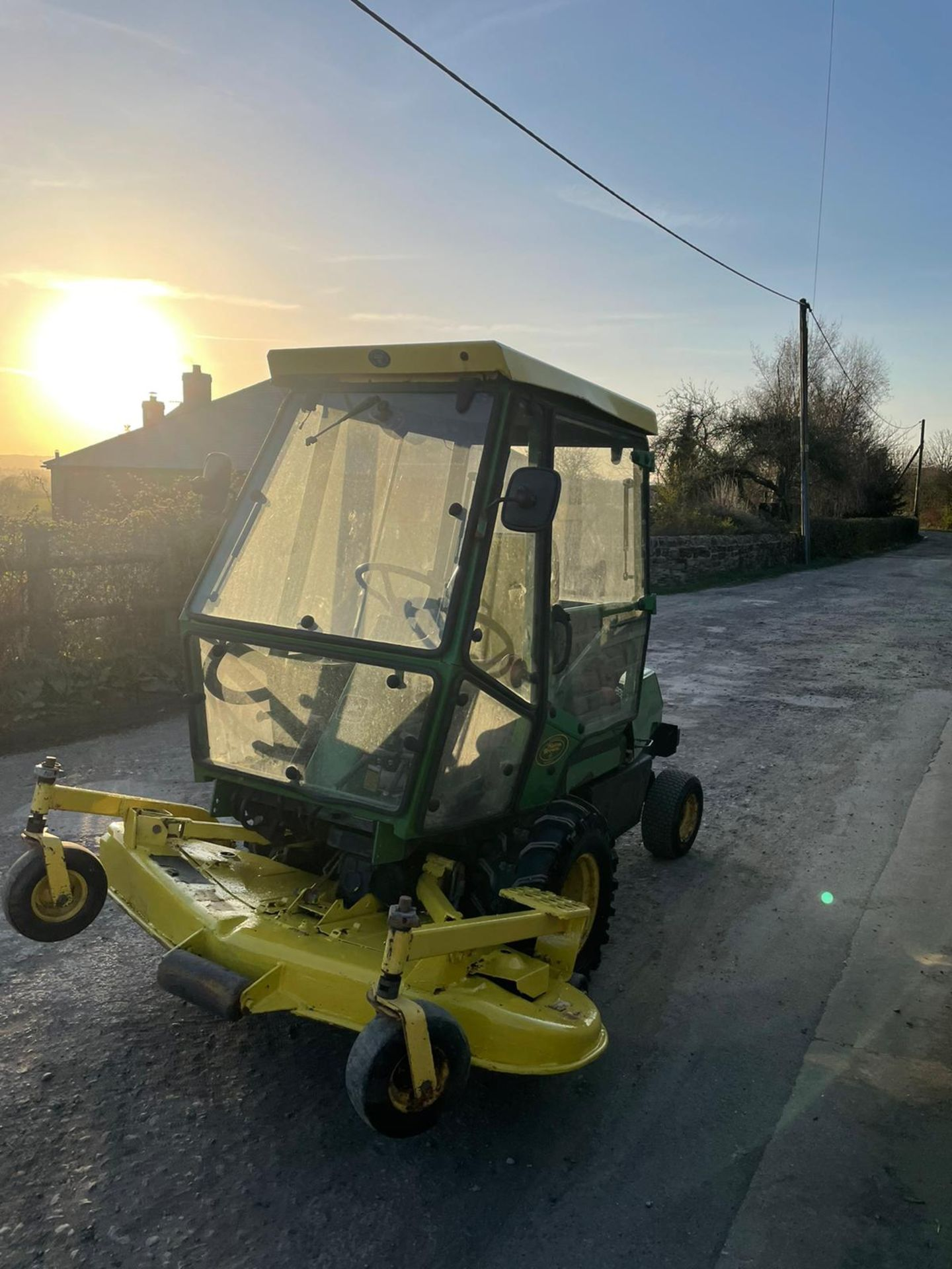 JOHN DEERE OUT FRONT RIDE ON LAWN MOWER, FULL GLASS CAB, ONLY 1603 HOURS *PLUS VAT* - Image 4 of 5