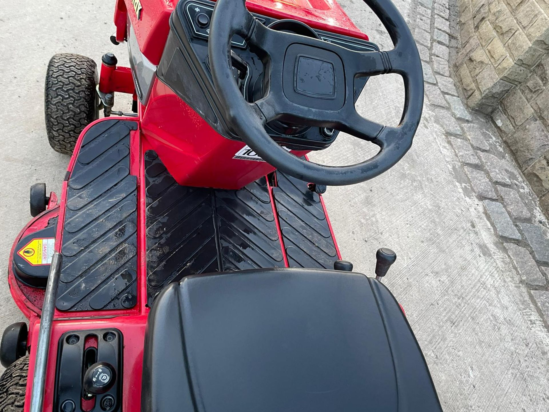 COUNTAX C600H RIDE ON MOWER WITH TRAILER AND SCARIFIER, NEW BATTERY *NO VAT* - Image 9 of 10