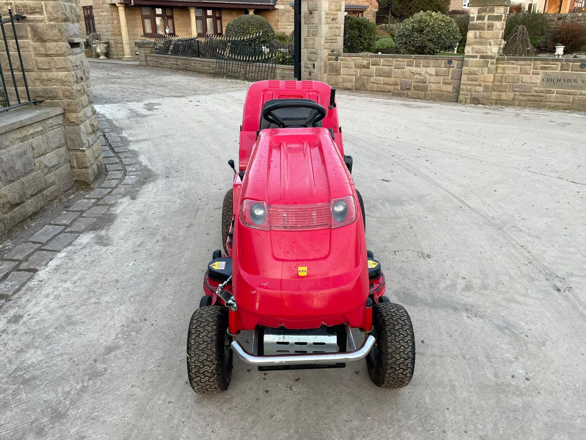 COUNTAX C600H RIDE ON MOWER WITH TRAILER AND SCARIFIER, NEW BATTERY *NO VAT* - Image 6 of 10