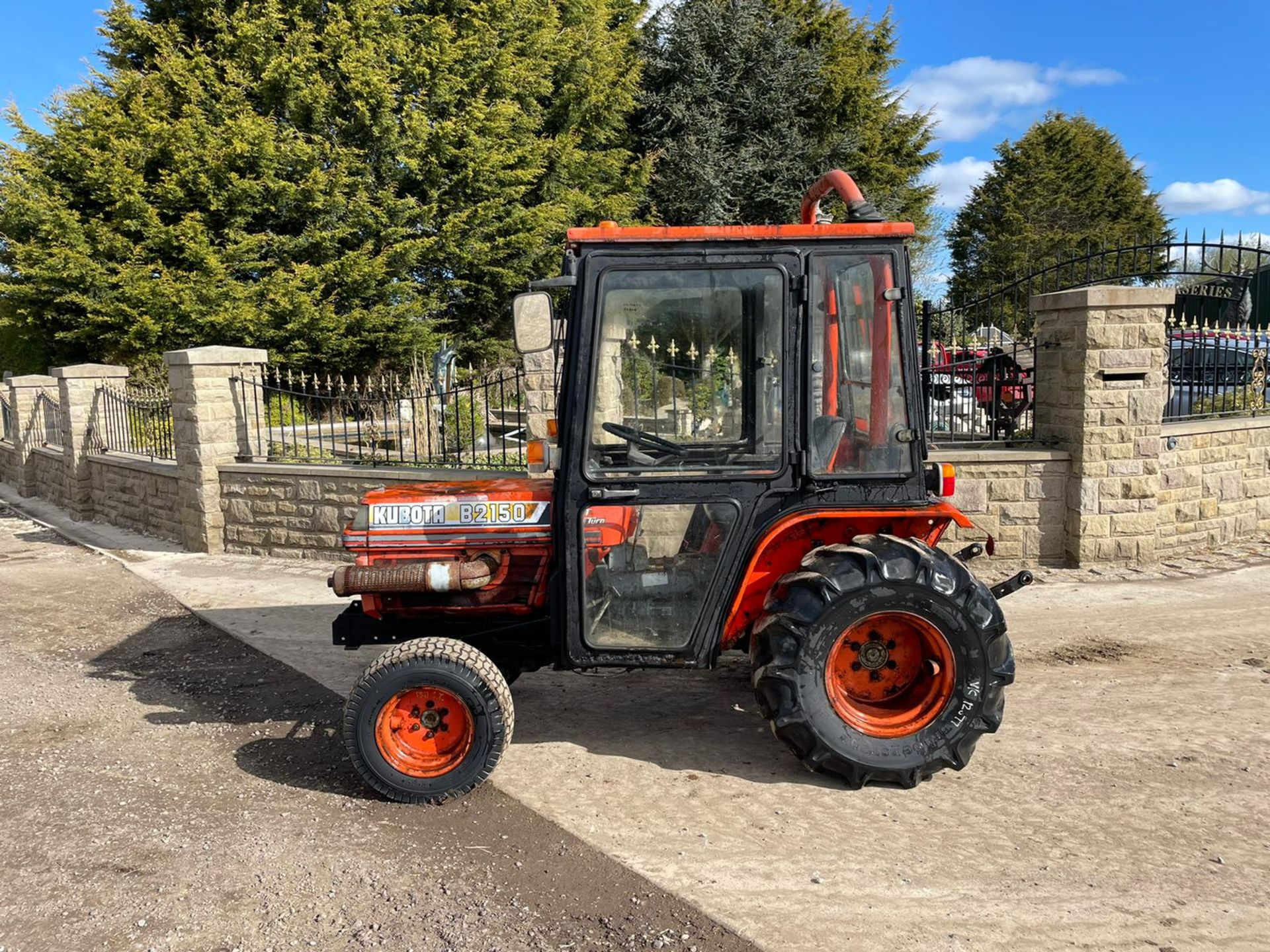 KUBOTA B2150 COMPACT TRACTOR, RUNS AND DRIVES, 3 POINT LINKAGE, 23HP, HYDROSTATIC *PLUS VAT* - Image 2 of 6