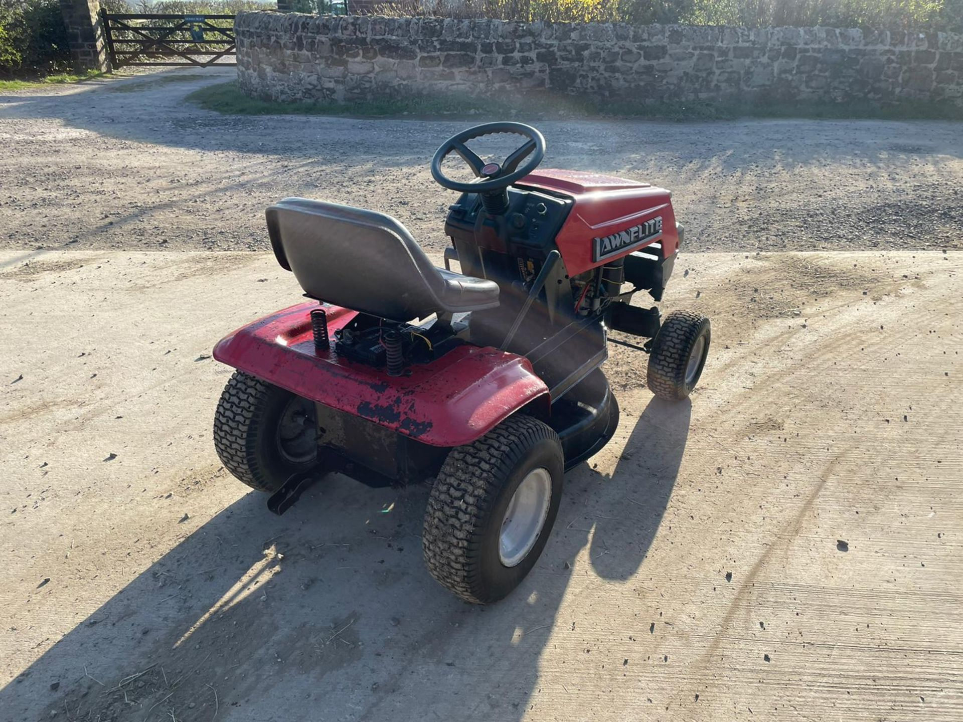LAWNFLITE 604 RIDE ON MOWER, RUNS DRIVES AND CUTS *NO VAT* - Image 4 of 6