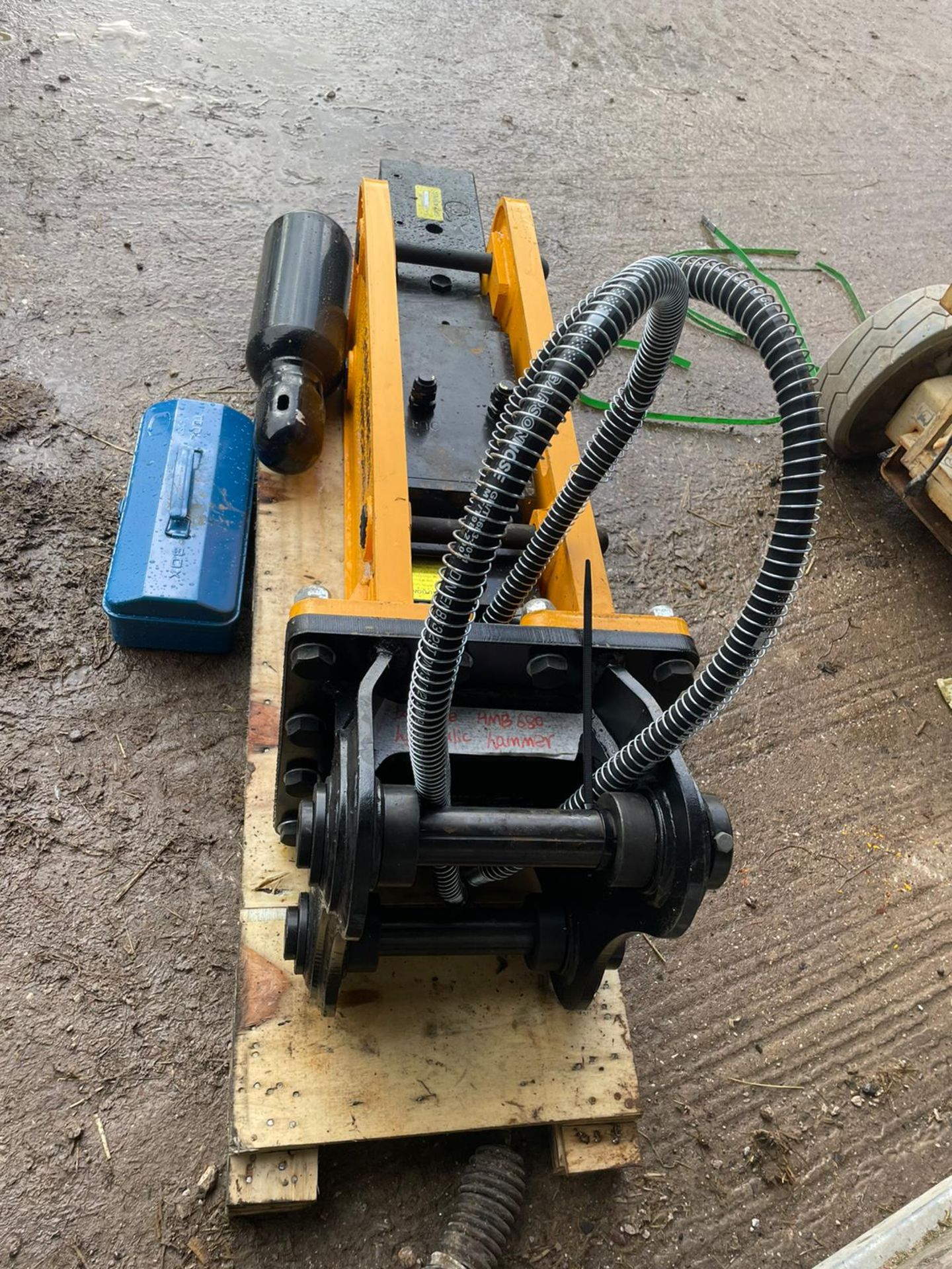BRAND NEW, UNUSED HANMEN HMB680 BREAKER, SUITABLE FOR 5-8 TON EXCAVATOR, C/W PIPES, CHISEL, GAS KIT - Image 2 of 4