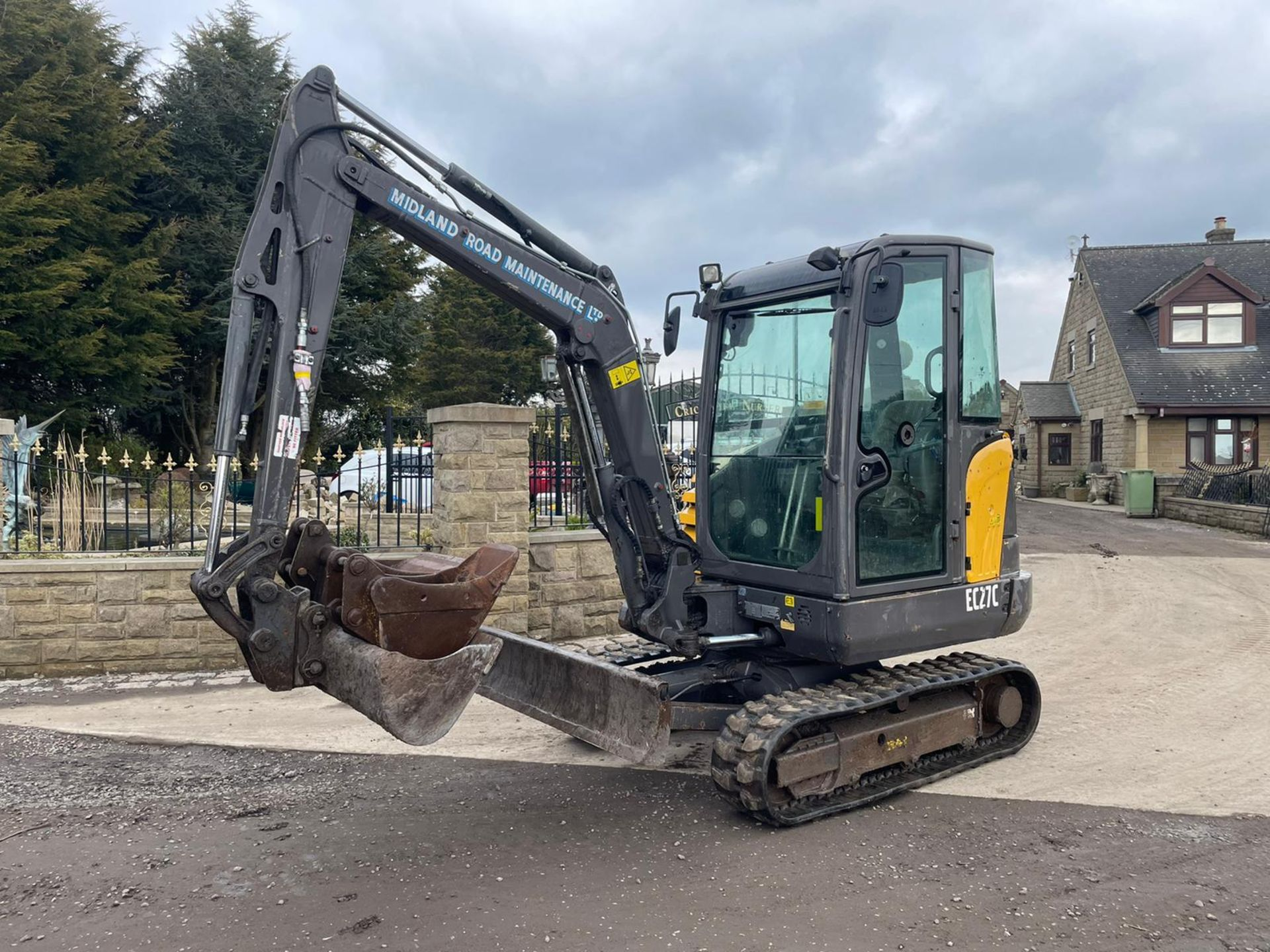2013 VOLVO EC27C EXCAVATOR RUNS, DRIVES AND DIGS, X3 BUCKETS INCLUDED - Image 2 of 8