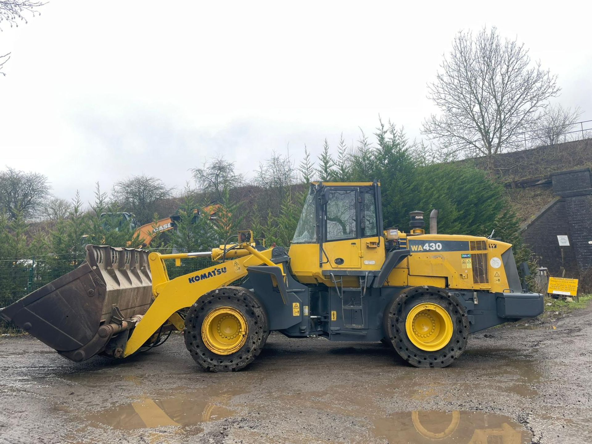 KOMATSU WA430 LOADING SHOVEL, HIGH TIP BUCKET, AUTO GREASING, SOLID TYRES, YEAR 2009 *PLUS VAT* - Image 3 of 8