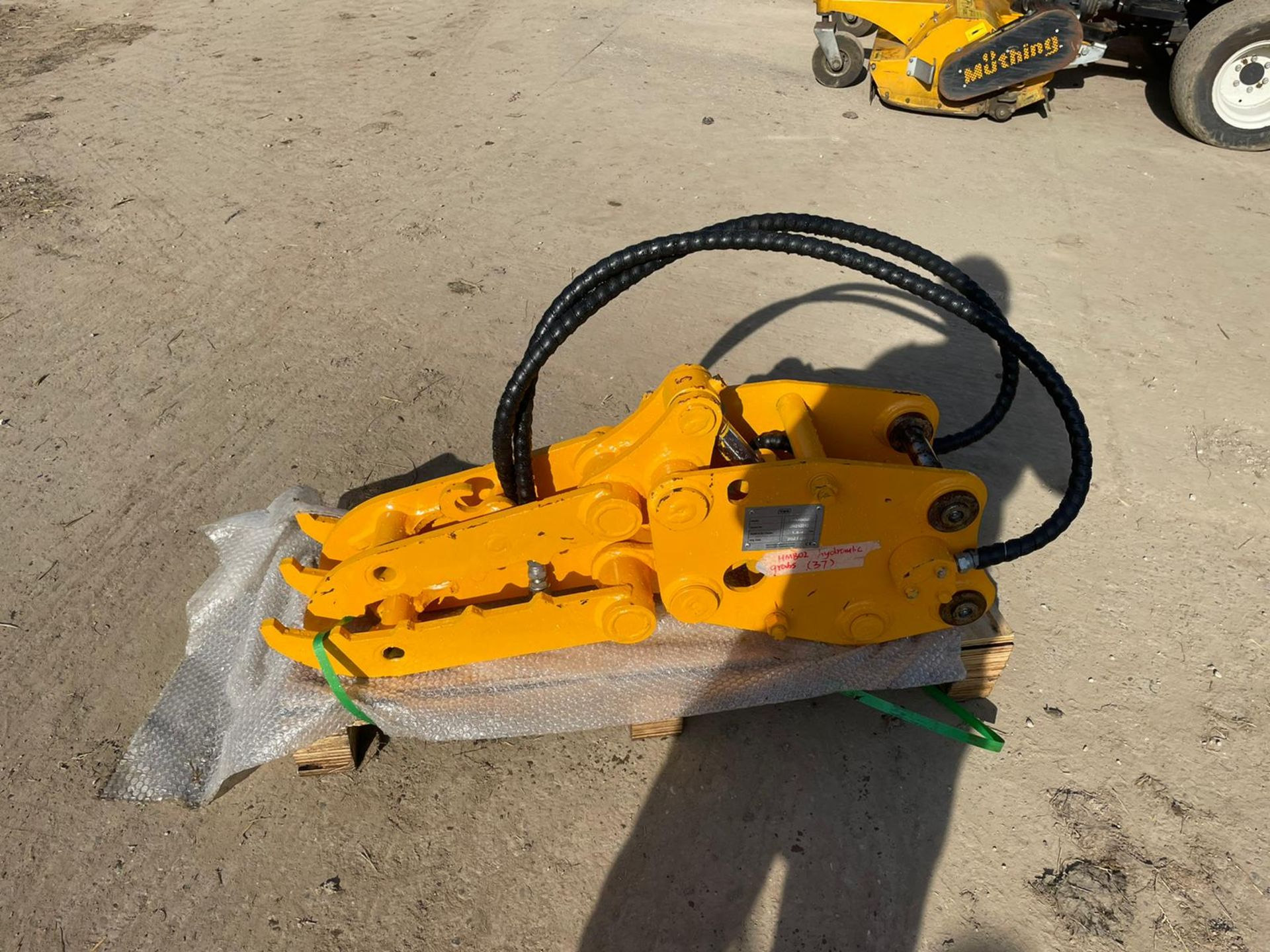BRAND NEW AND UNUSED FINGER GRAB, HYDRAULIC DRIVEN, 35MM PINS *PLUS VAT* - Image 3 of 4