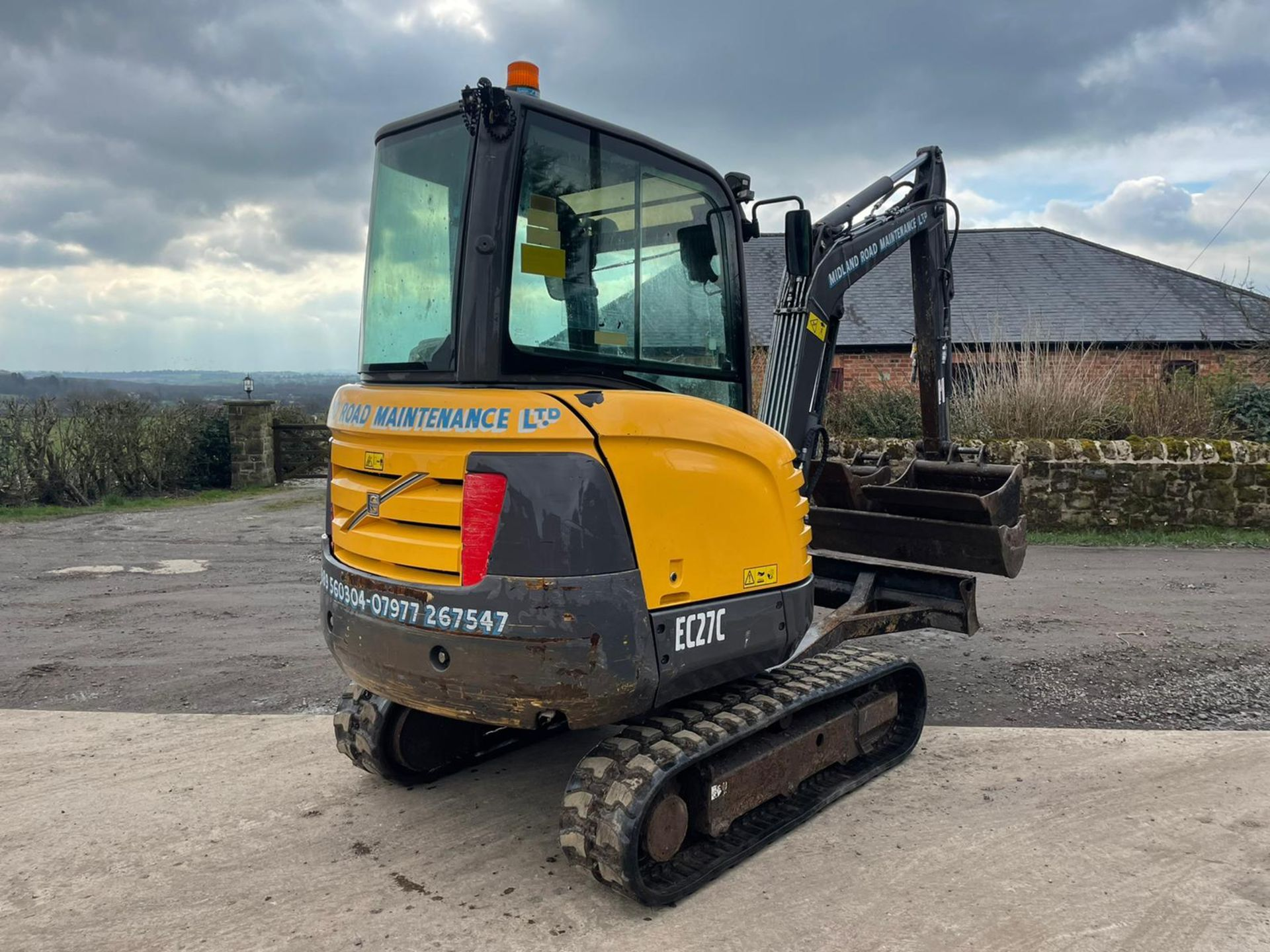 2013 VOLVO EC27C EXCAVATOR RUNS, DRIVES AND DIGS, X3 BUCKETS INCLUDED - Image 5 of 8