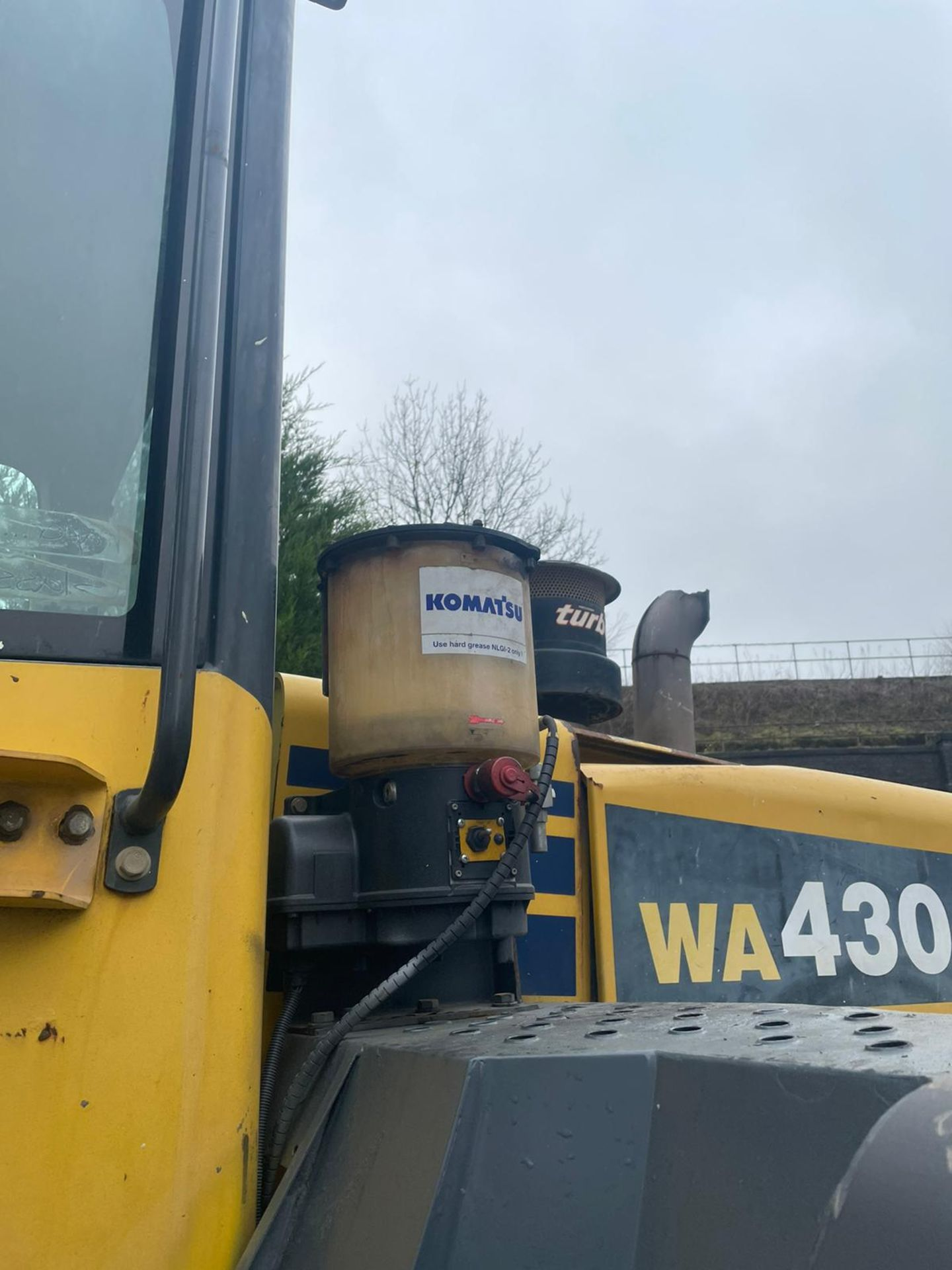 KOMATSU WA430 LOADING SHOVEL, HIGH TIP BUCKET, AUTO GREASING, SOLID TYRES, YEAR 2009 *PLUS VAT* - Image 5 of 8
