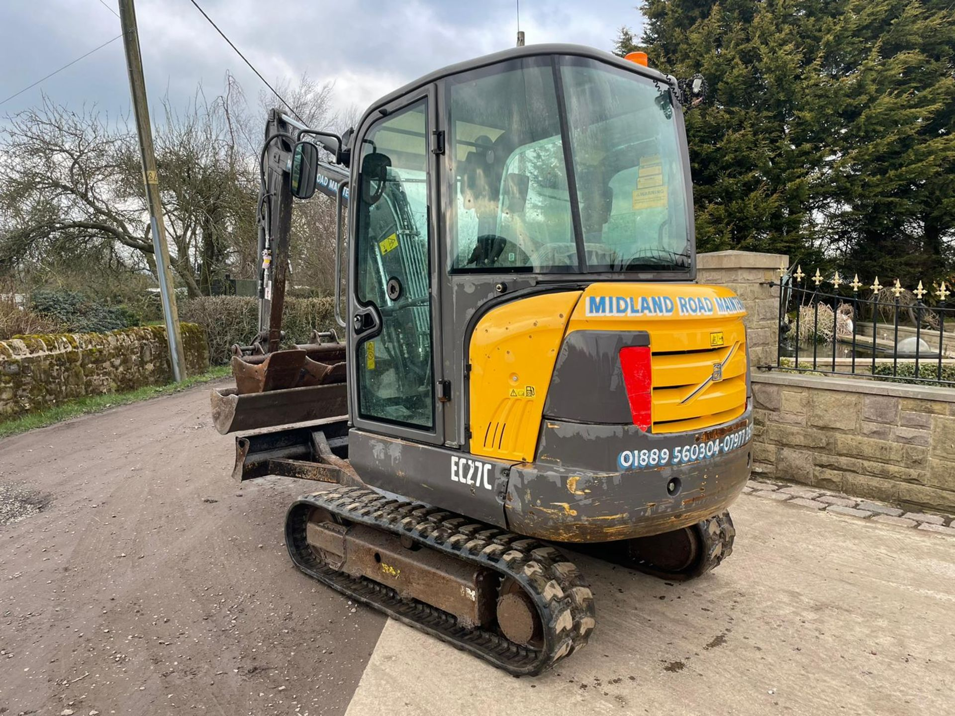 2013 VOLVO EC27C EXCAVATOR RUNS, DRIVES AND DIGS, X3 BUCKETS INCLUDED - Image 3 of 8