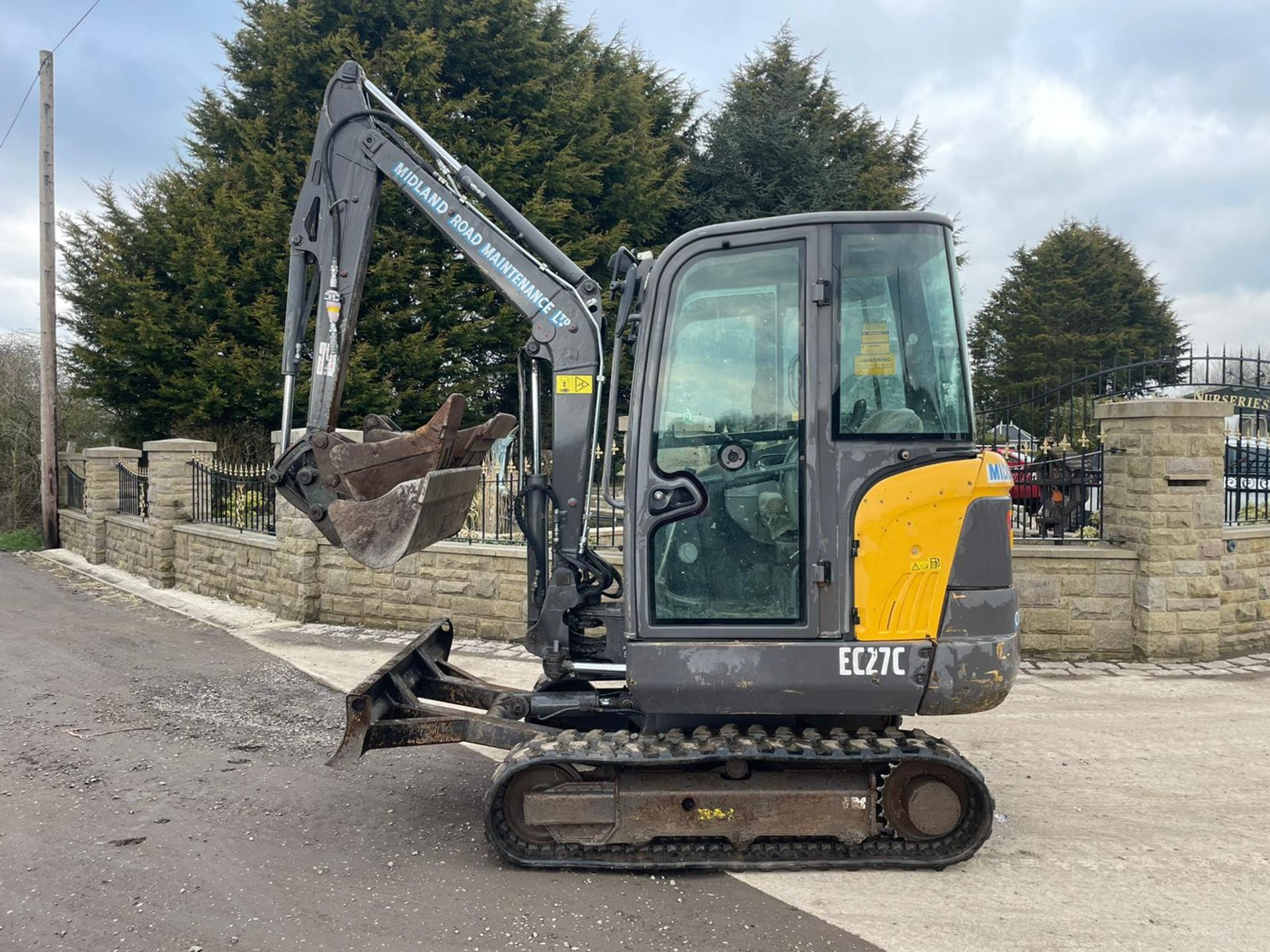 2013 VOLVO EC27C EXCAVATOR RUNS, DRIVES AND DIGS, X3 BUCKETS INCLUDED - Image 4 of 8