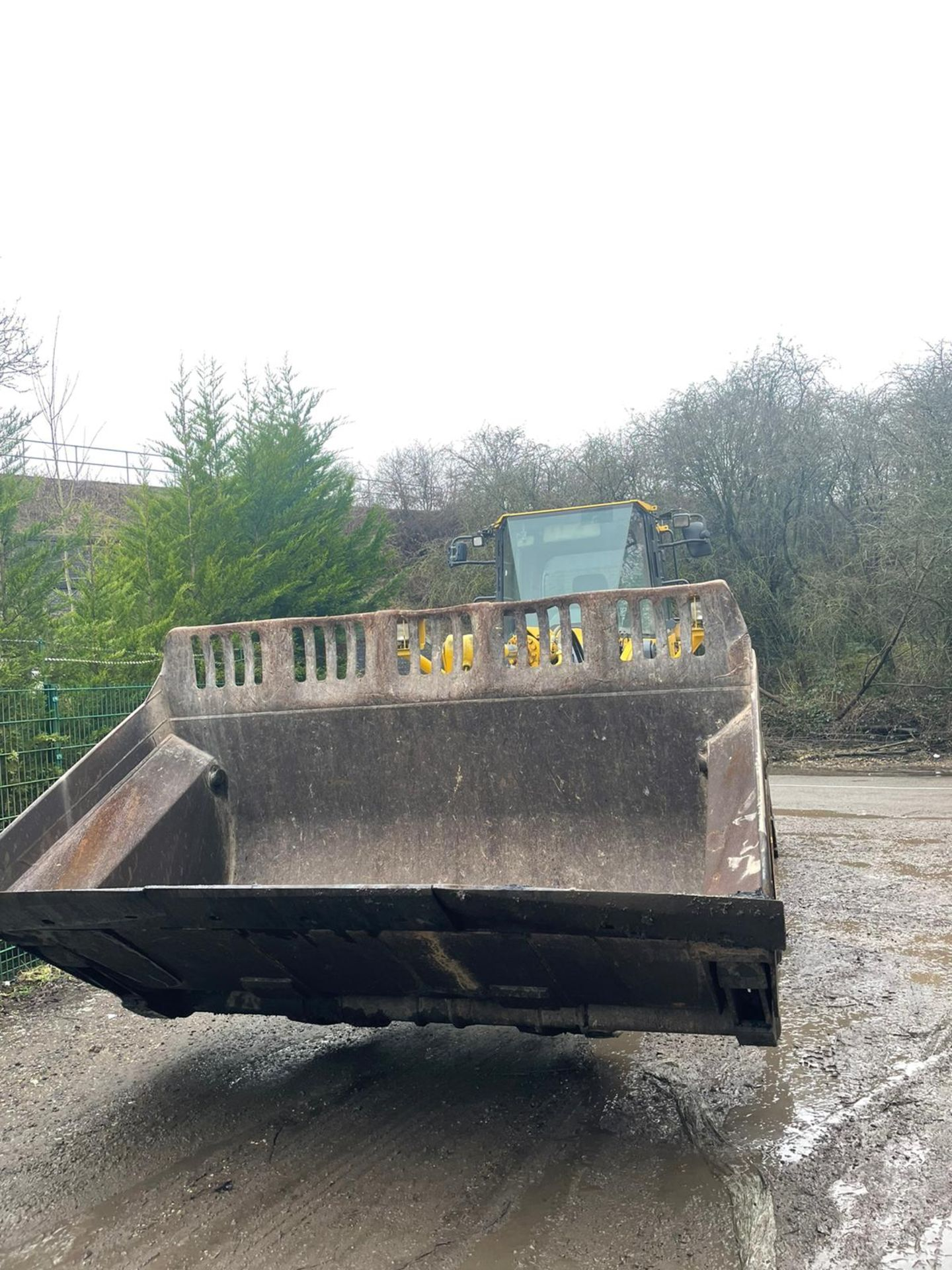 KOMATSU WA430 LOADING SHOVEL, HIGH TIP BUCKET, AUTO GREASING, SOLID TYRES, YEAR 2009 *PLUS VAT* - Image 7 of 8
