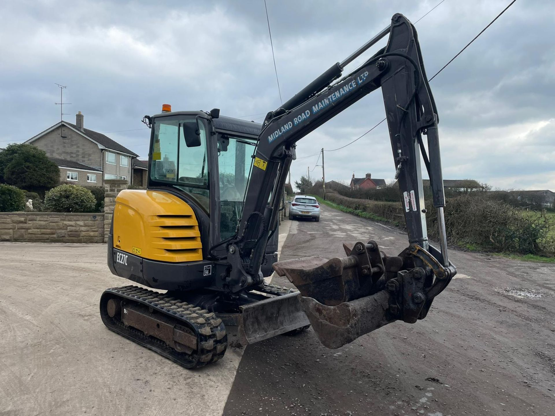 2013 VOLVO EC27C EXCAVATOR RUNS, DRIVES AND DIGS, X3 BUCKETS INCLUDED - Image 6 of 8