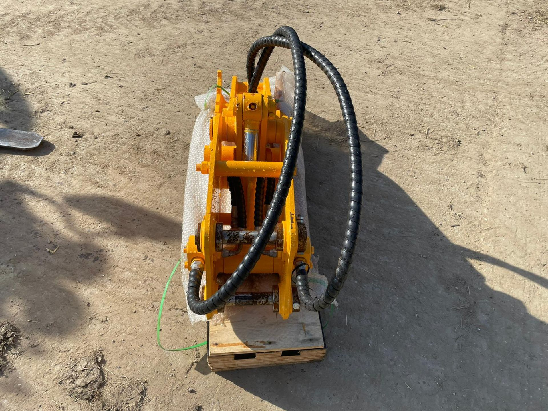 BRAND NEW AND UNUSED FINGER GRAB, HYDRAULIC DRIVEN, 35MM PINS *PLUS VAT* - Image 2 of 4