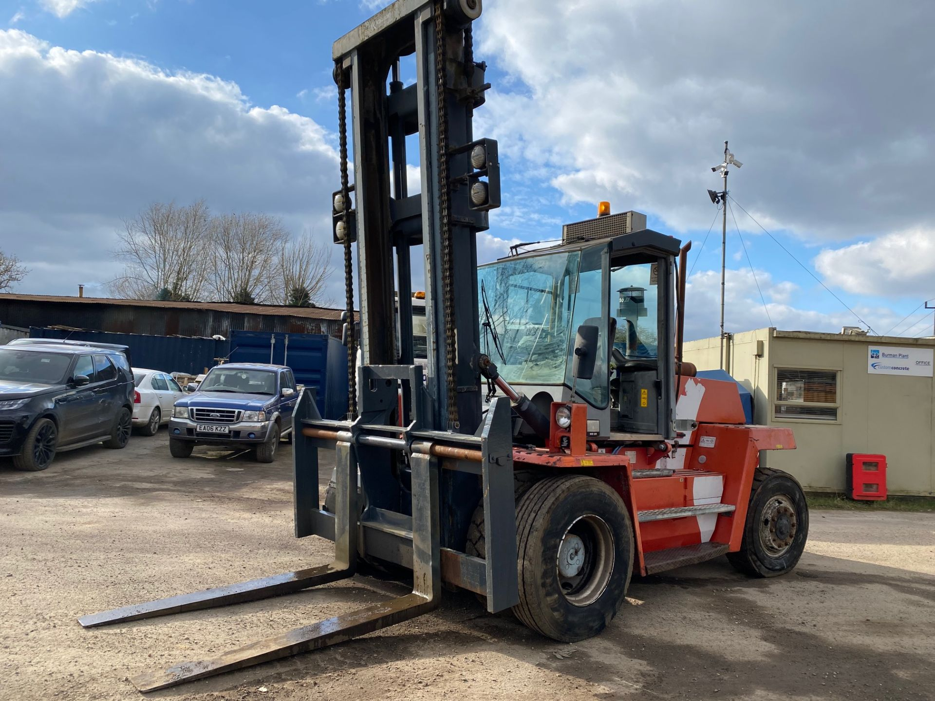 2002 KALMAR DCD100-6 10 TON FORKLIFT, STARTS, DRIVES AND RUNS AS IT SHOULD, THE DOOR IS MISSING - Image 2 of 8