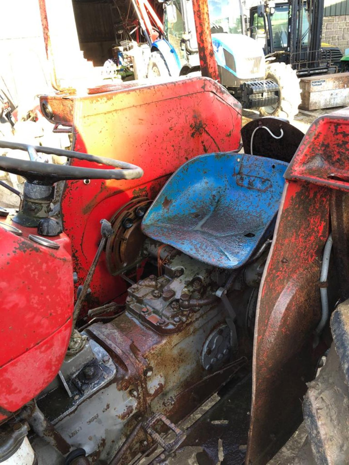 MASSEY FERGUSON 135 TRACTOR, RUNS AND WORKS WELL, REAR PTO, REAR 3 POINT LINKAGE *PLUS VAT* - Image 4 of 5