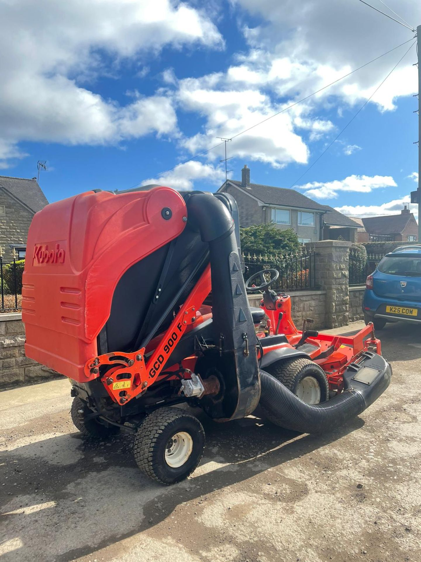 2011 KUBOTA F3680 OUT FRONT RIDE ON LAWN MOWER HIGH TIP COLLECTOR, 4 WHEEL DRIVE, PLUS VAT - Image 4 of 7